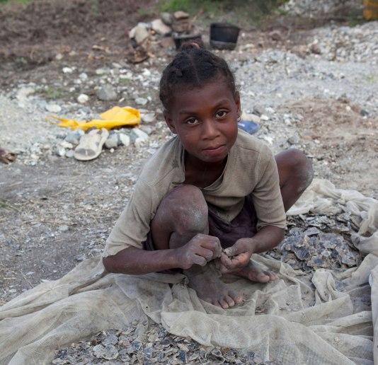 Op de foto een jong meisje dat moet werken