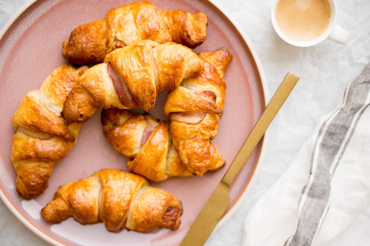 Op deze foto zie je croissants met spek en stroop