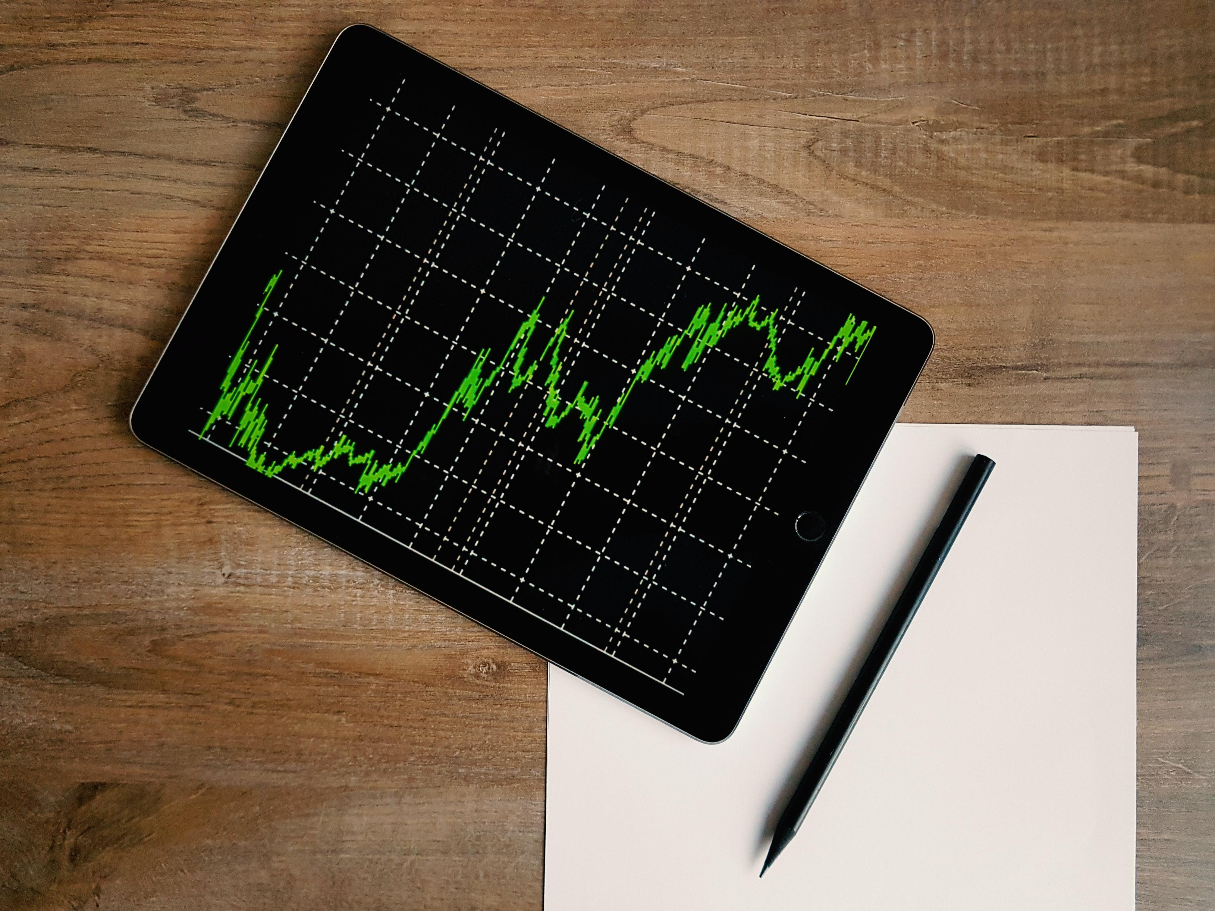 Een foto van een tabel met de koers van bitcoin