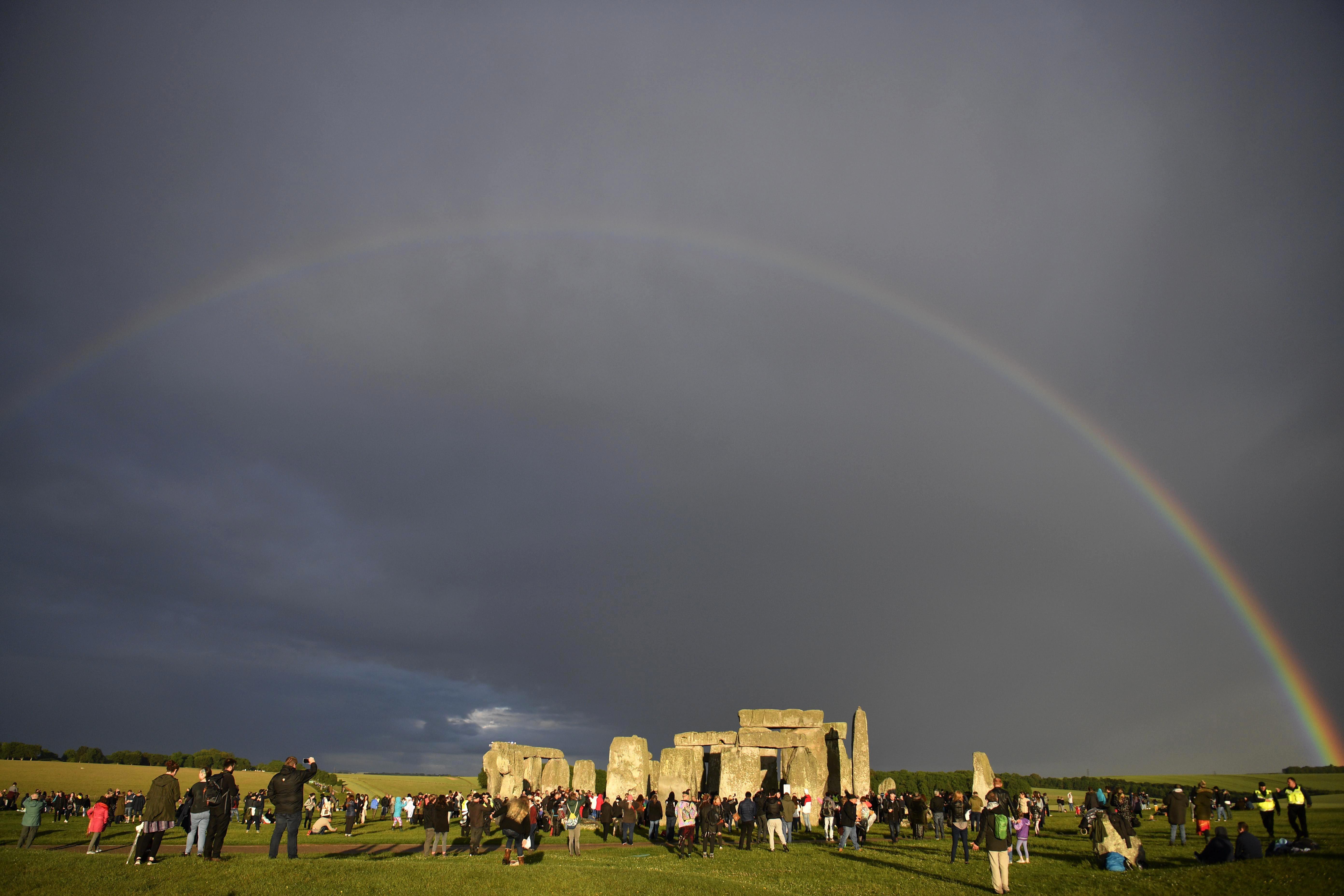 Een foto van een regenboog boven Stonehenge