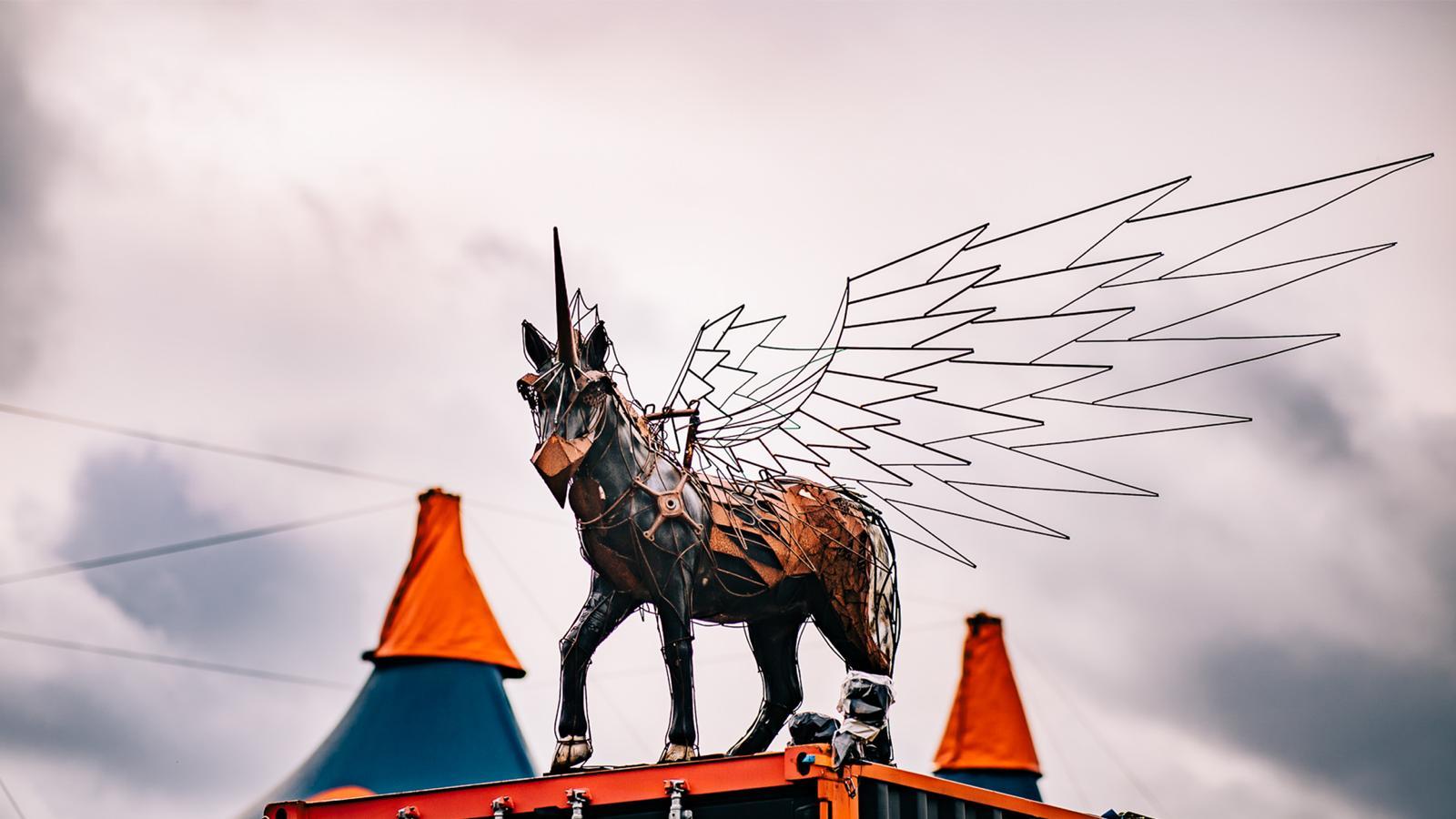 Foto van een eenhoorn op een festival