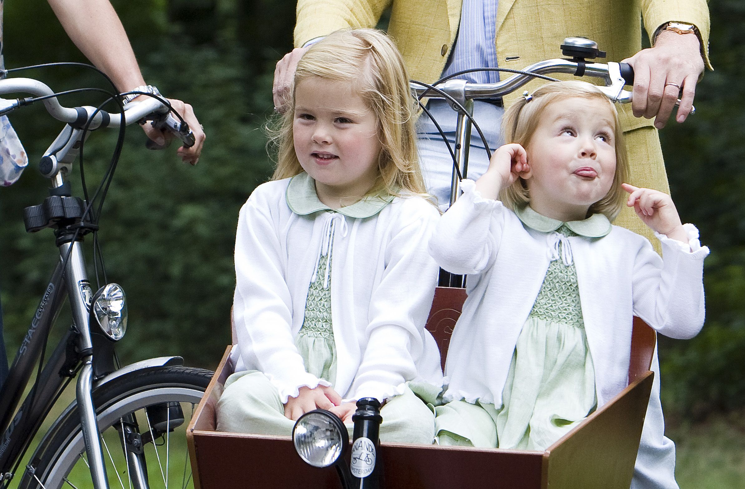 Alexia (rechts) met zus Amalia in 2008