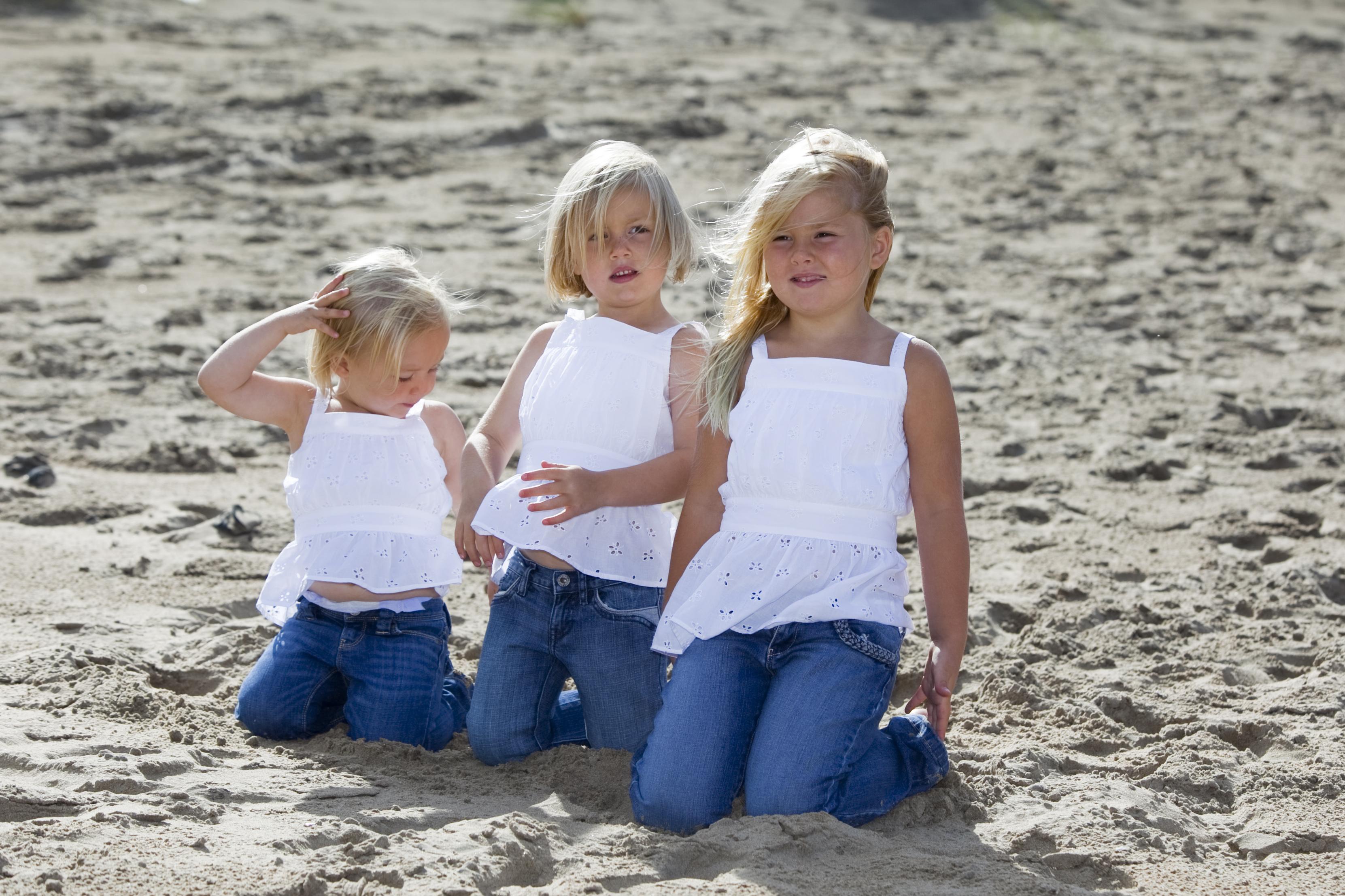 Prinsesjes Amalia (R), Alexia (M) en Ariane op het strand bij het natuurgebied Meijendel in Wassenaar in 2009