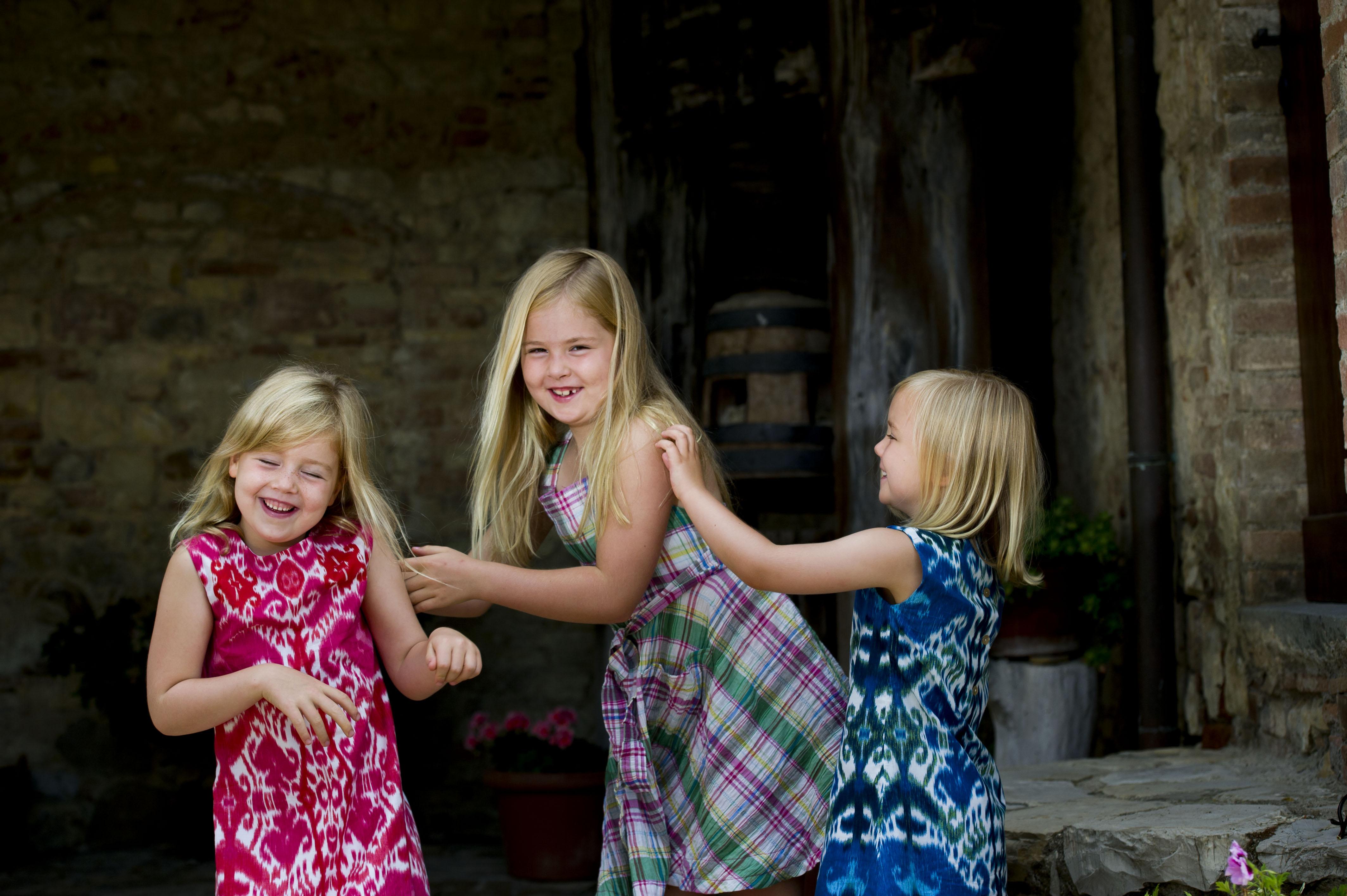 De prinsessen Alexia, Amalia (M) en Ariane (R) maandag op de binnenplaats van het vakantiehuis van koningin Beatrix in het Italiaanse Tavarnelle in 2006.