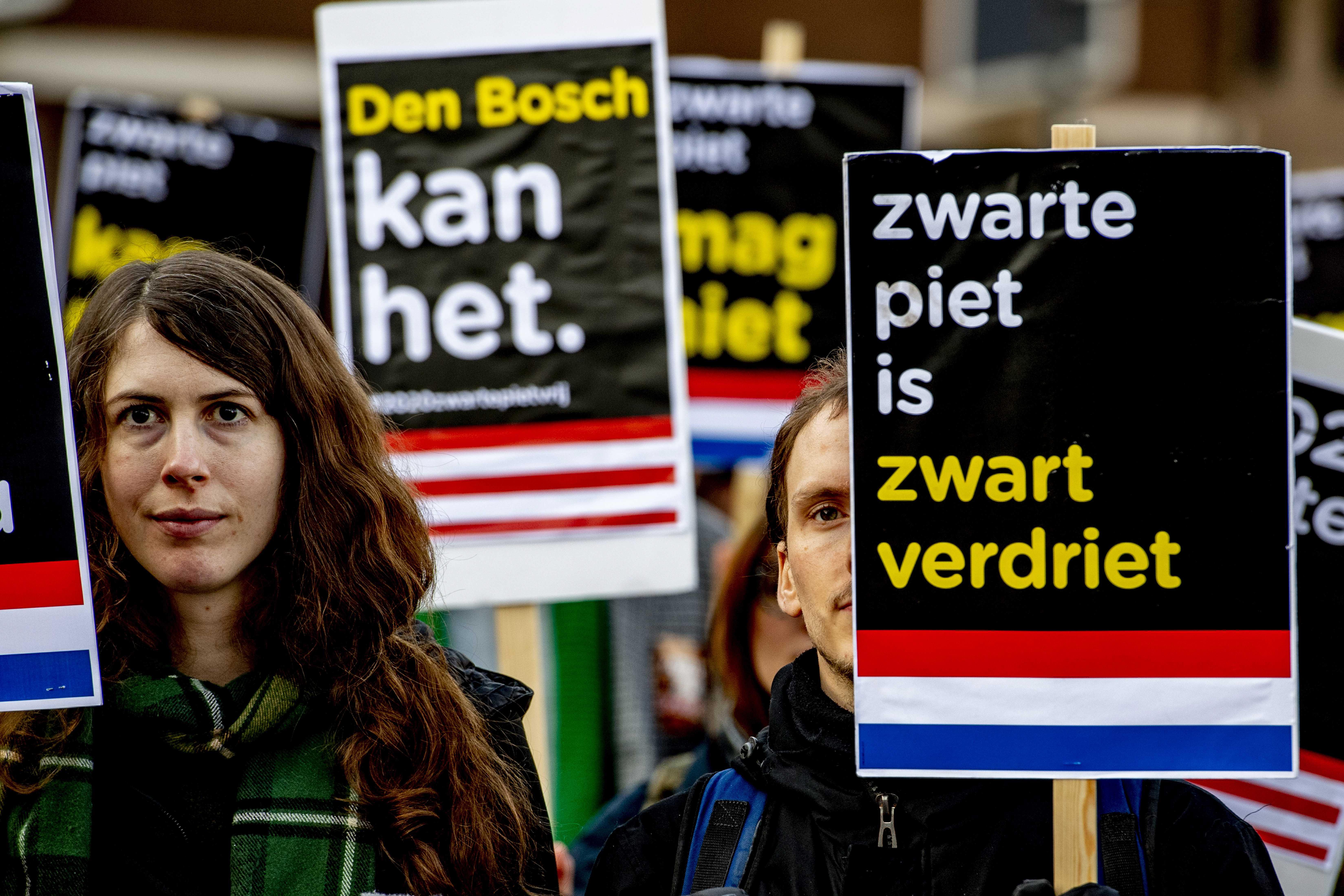 Foto van mensen die demonstreren tegen Zwarte Piet