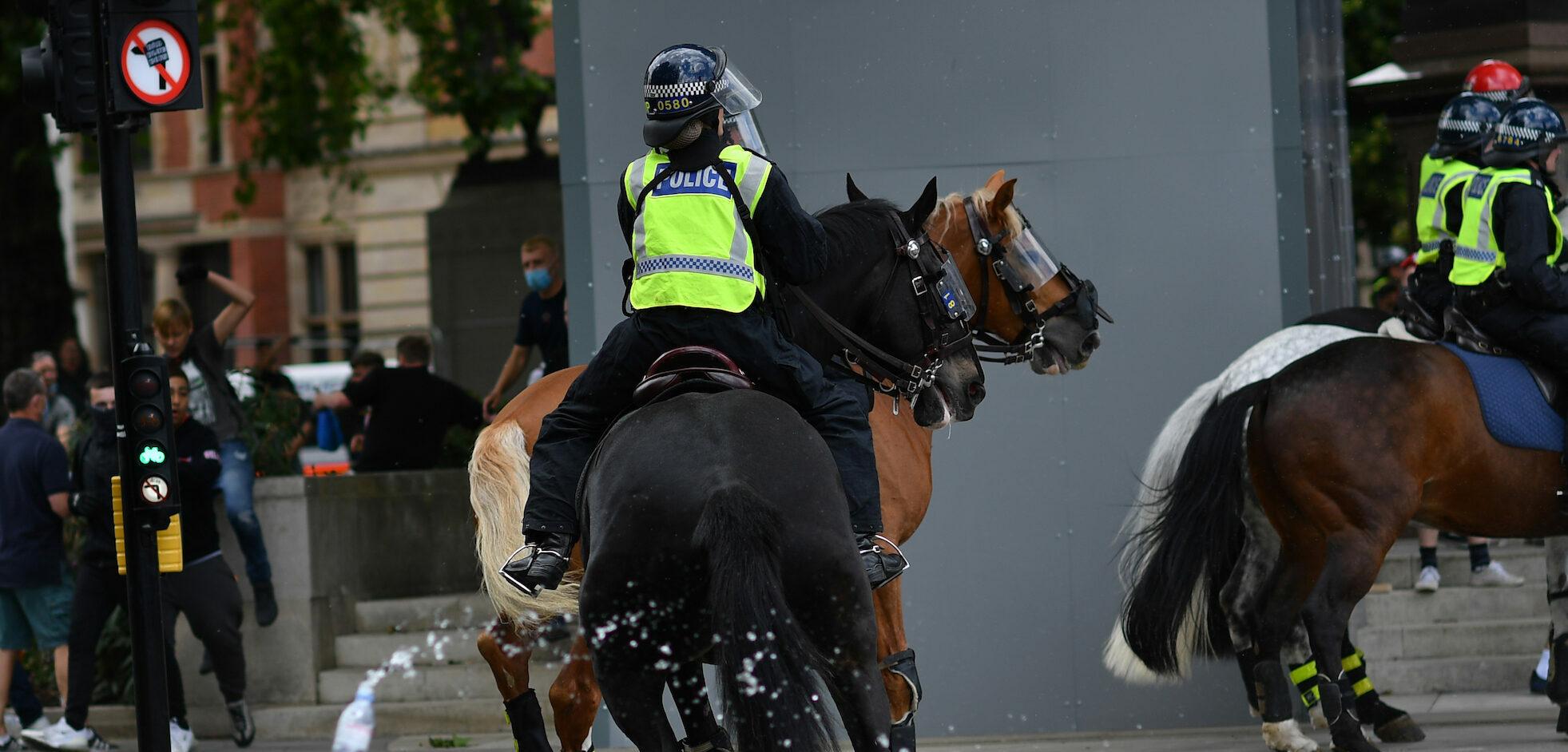 Politie te paard bij het beeld van Churchill in Londen.