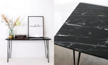 Een foto van een zwarte marmeren tafel