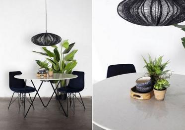 Twee foto's van marmeren tafels