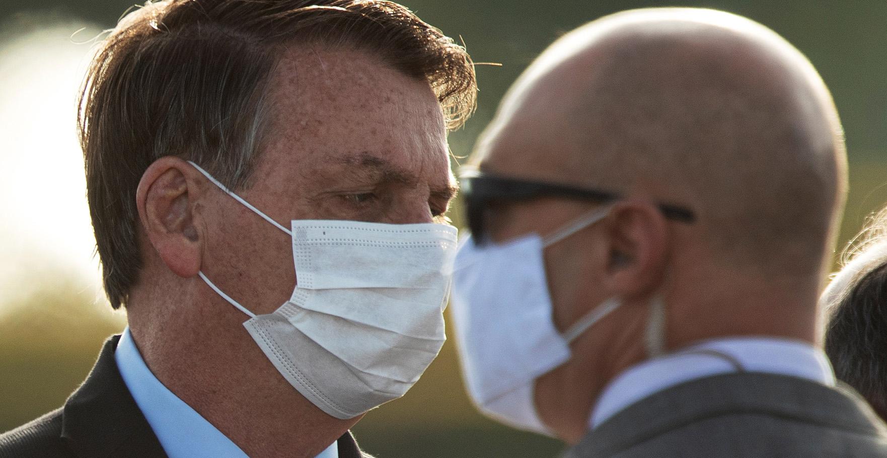 op deze foto zie je President Bolsonaro van Brazilië met een mondkapje.