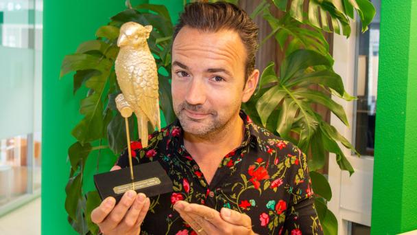 Op de foto dj Gerard Ekdom met een gouden papagaai