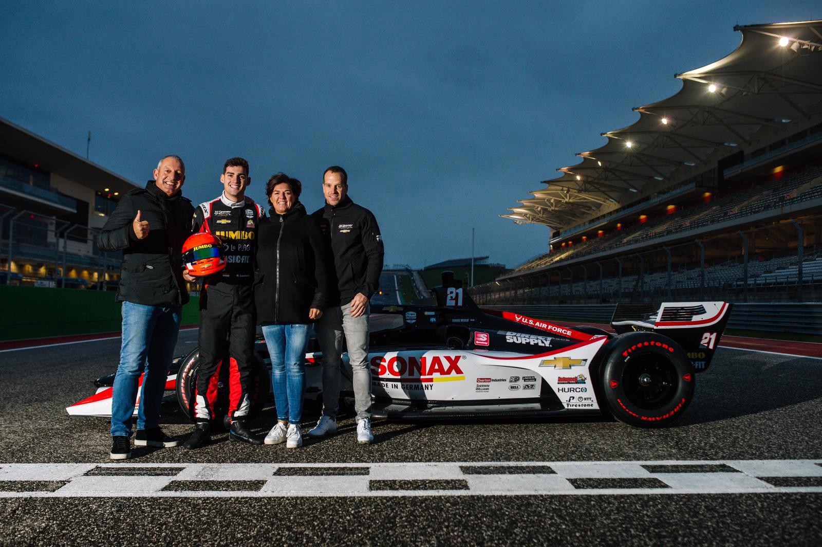 OP deze foto zie je Rinus van Kalmthout samen met z'n ouders en personal trainer Raun Grobben bij zijn racewagen.