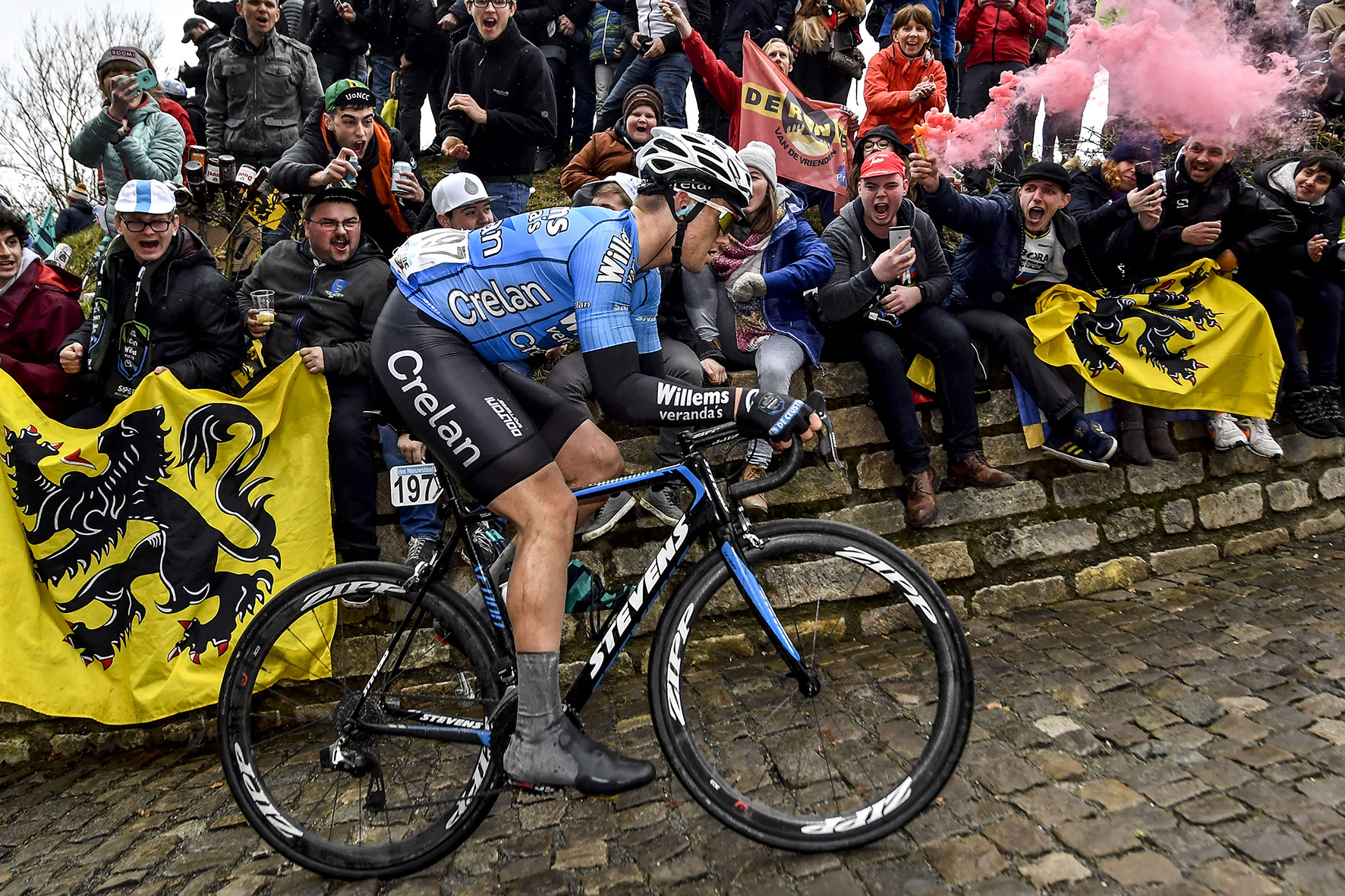 Op deze foto zie je de Belg Michael Goolaerts van Verandas Willems - Crelan die mee doet met de Muur van Geraardsbergen tijdens de 102de ronde van Vlaanderen in 2018.