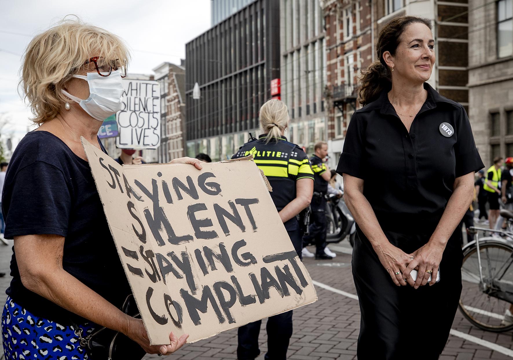 Op deze foto zie Femke Halseman in gesprek met demonstranten op de Dam.