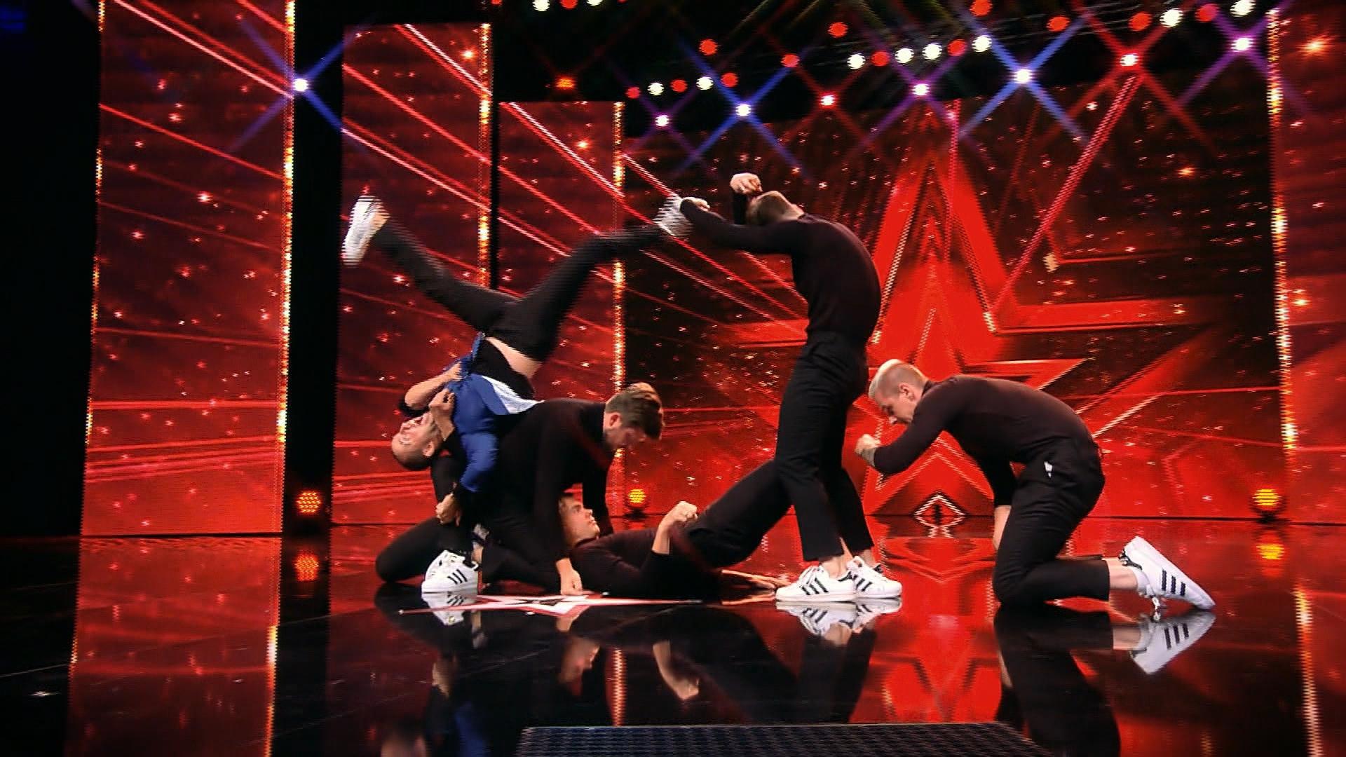 Een foto van acrobaten tijdens een van de Got Talentshows in de wereld