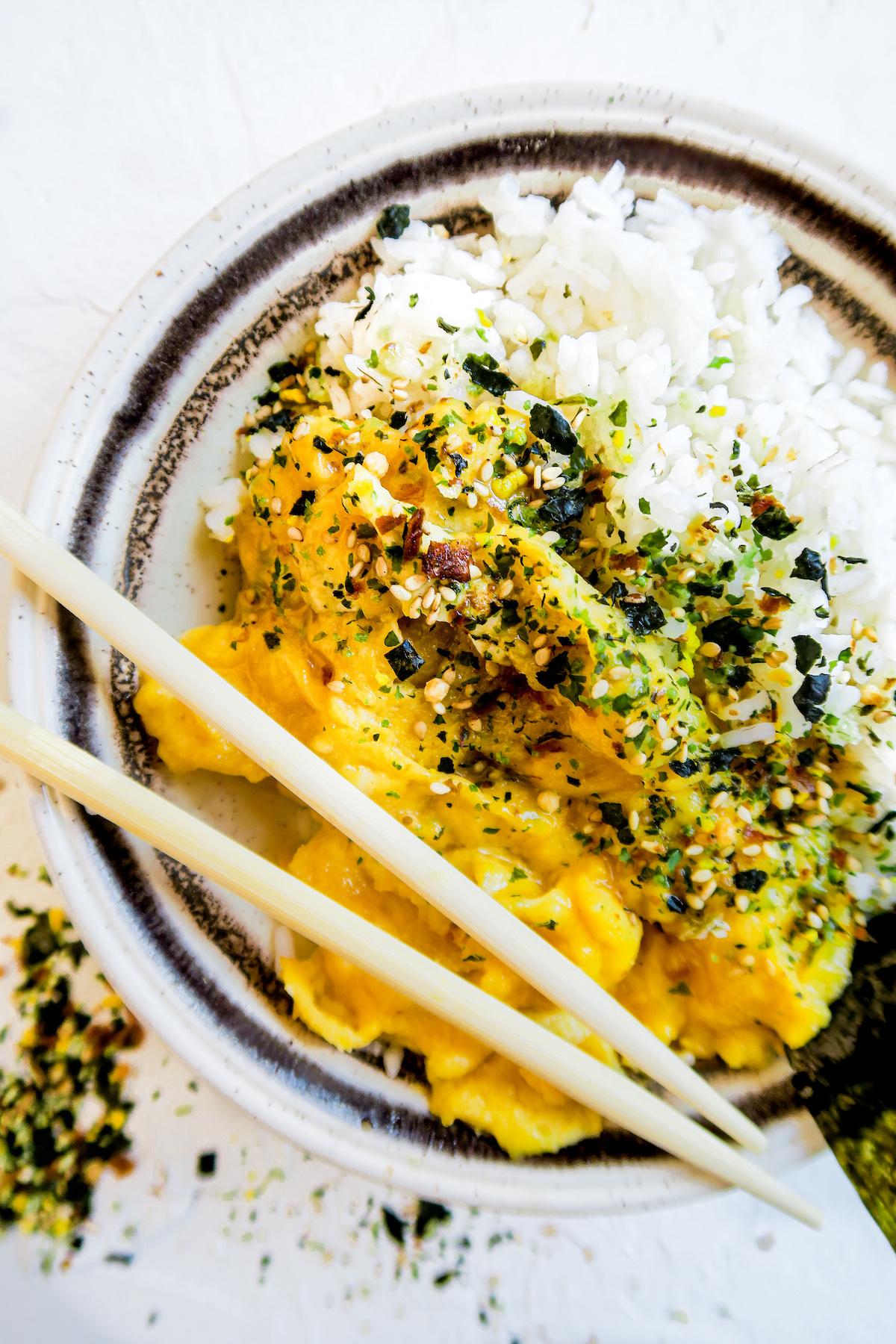 Op deze foto zie je een Japanse rijstbowl voor het ontbijt met roerei en nori