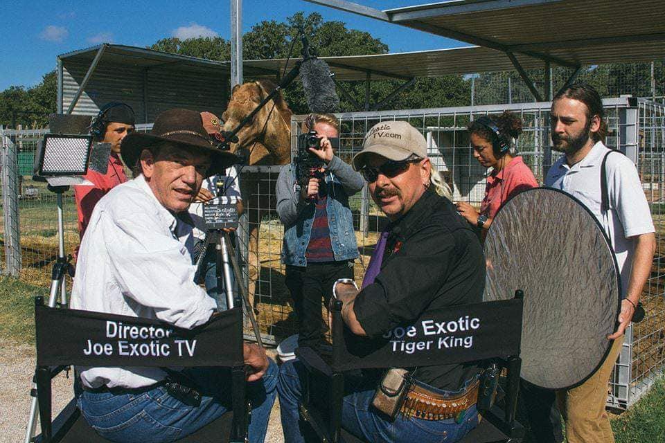 Een foto van Joe Exotic met de maker van Tiger King, Rick Kirkham.