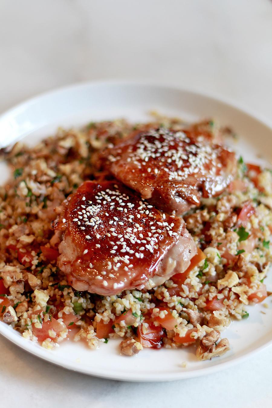 Op deze foto zie je krokante kip met granaatappelsiroop en bulghursalade