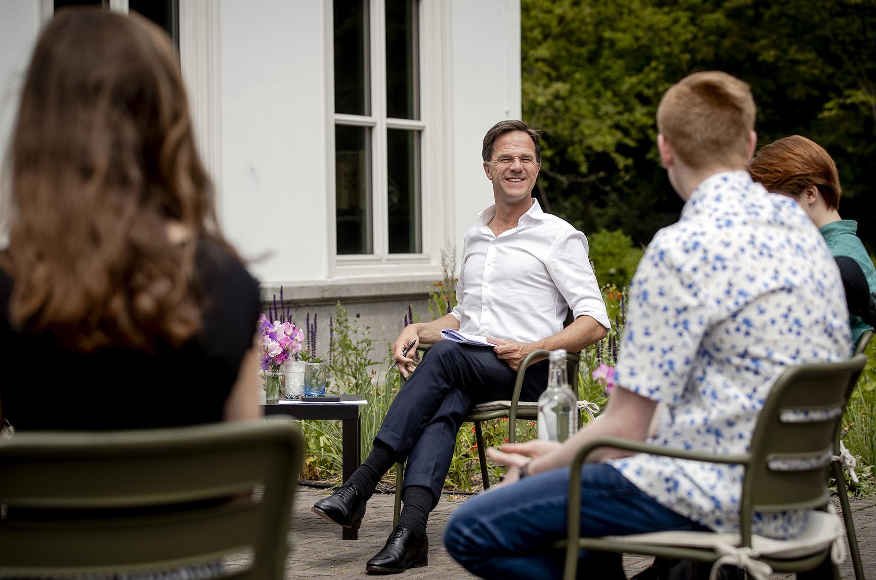 Op deze foto zie je Premier Mark Rutte die jongeren op het Catshuis ontvangt voor een informeel gesprek over hoe zij de afgelopen periode ervaren hebben tijdens de coronacrisis.
