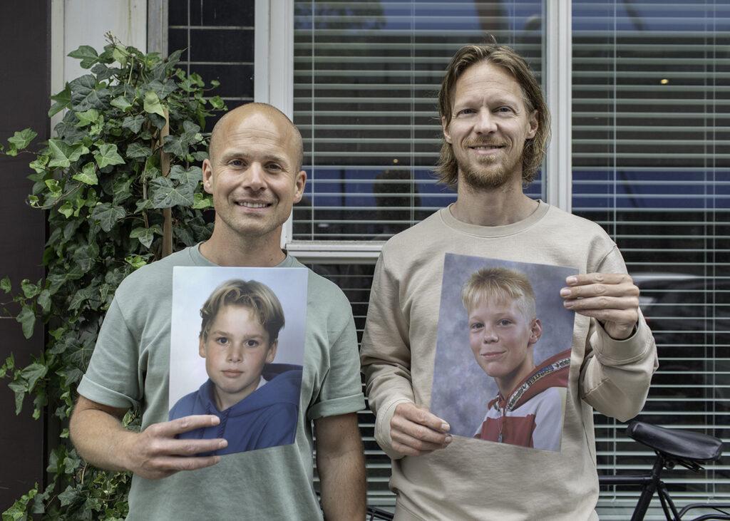 Op deze foto zie je de oprichters Paul Bakker & Jeroen de Korte met een oude klassenfoto in de hand.
