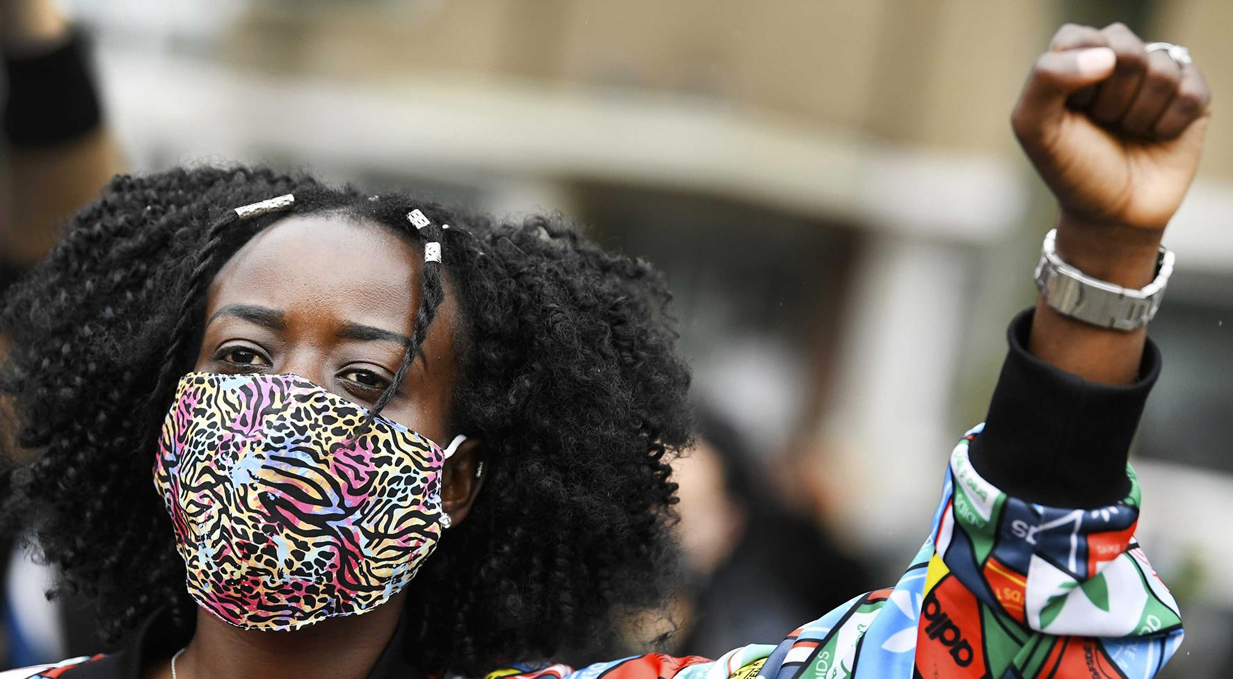 Een foto van een zwarte demonstrante bij een van de protesten in Nederland