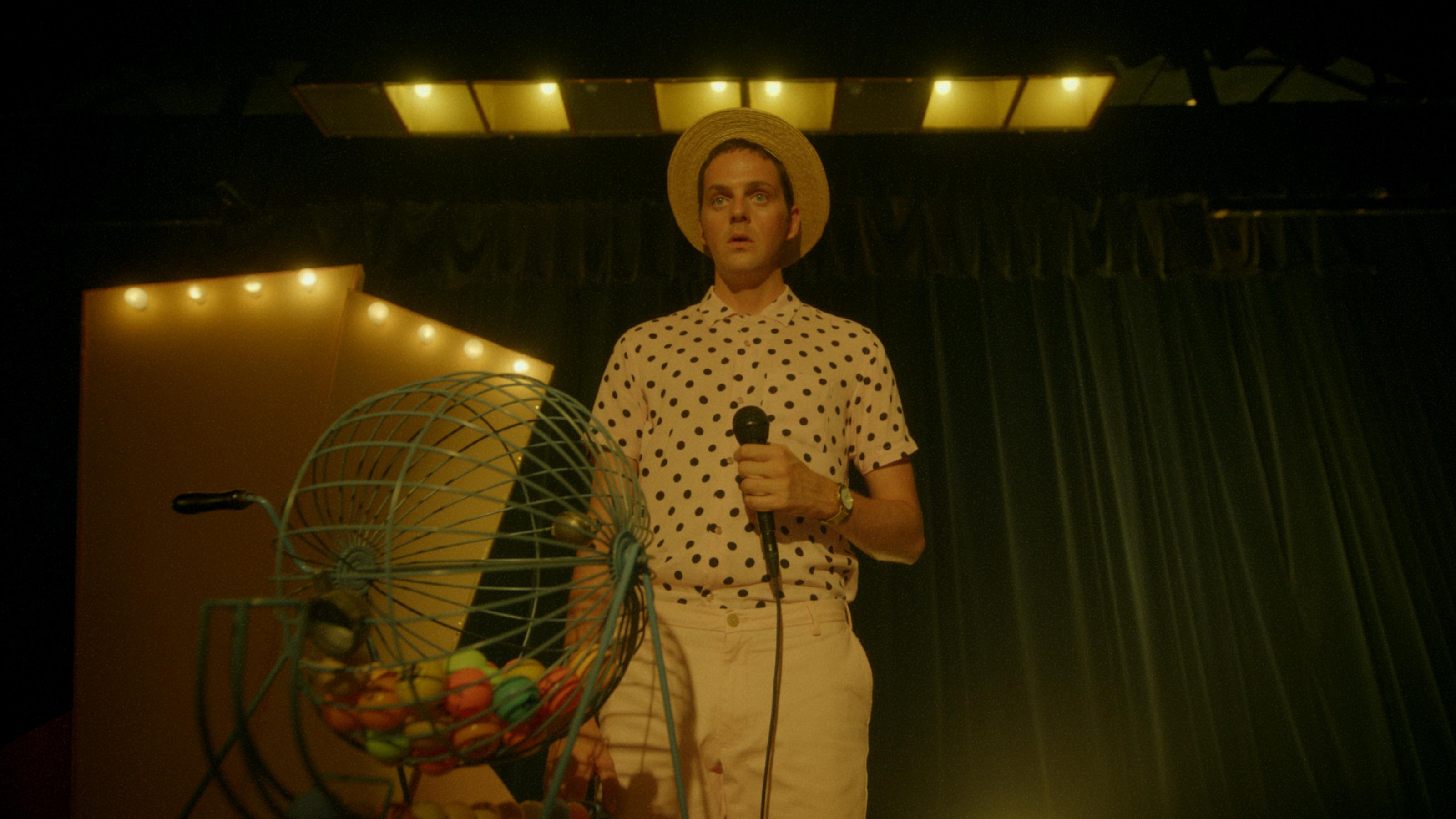 Een foto van Yannick van de Velde als campingbeheerder tijdens een bingo-avond.