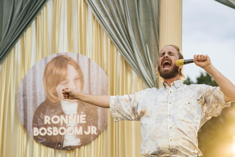 Een foto van kindster Ronnie Bosboom Junior die als volwassene nog een keer zingt.