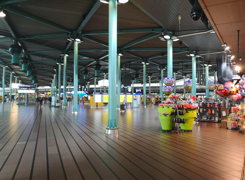 foto van een bijna leeg Schiphol Plaza