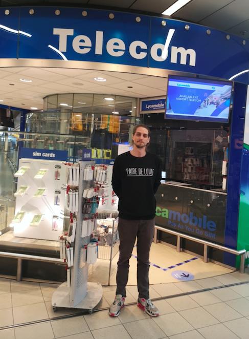 Foto van een medewerker voor een telecomwinkel