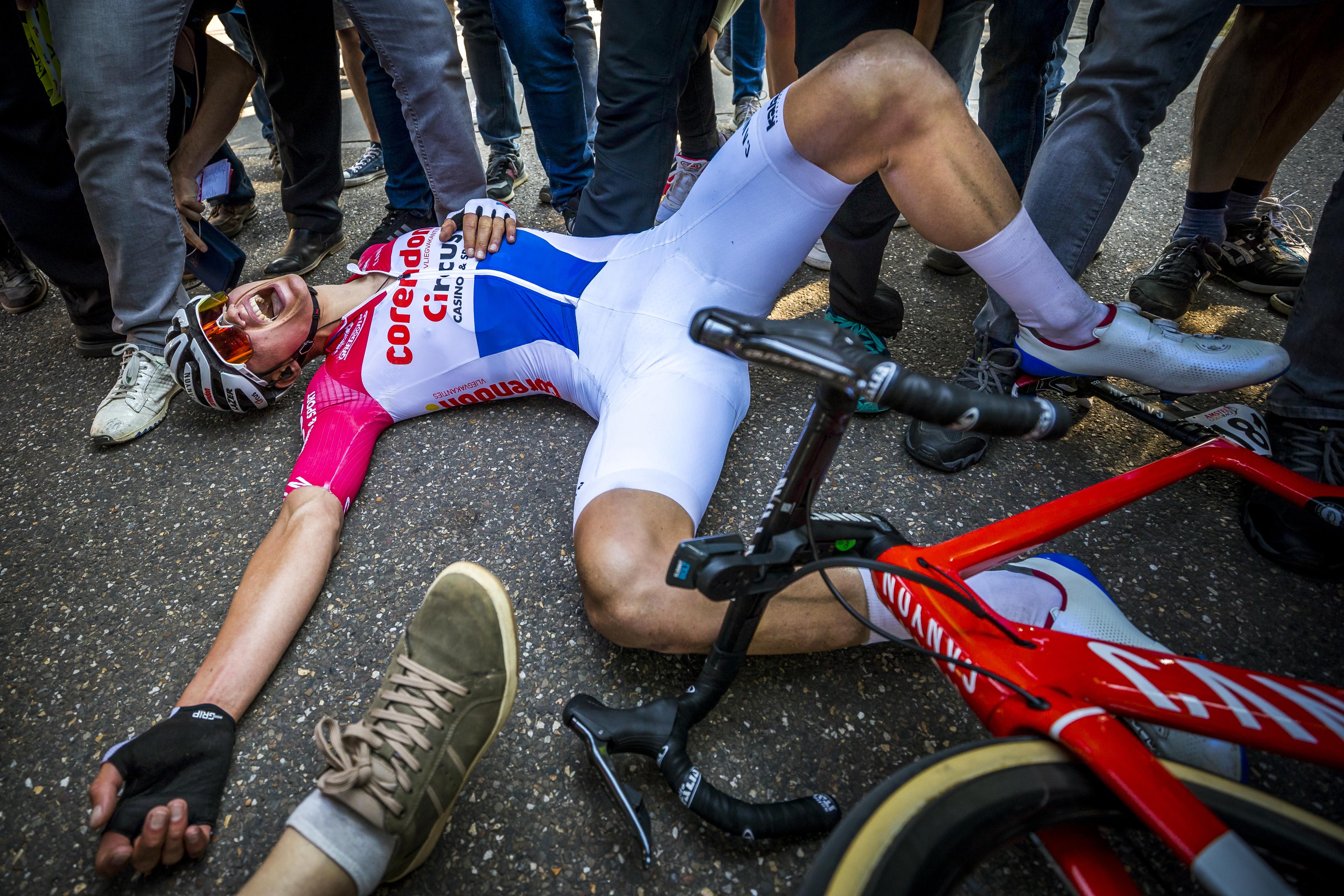 Een foto van Mathieu van der Poel, op de grond liggend na zijn overwinning in de Amstel Gold Race van 2019.