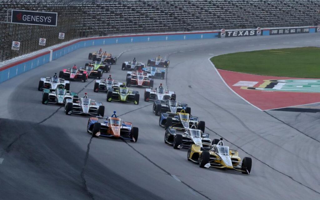 De start van de IndyCar-race op de Texas Motor Speedway.