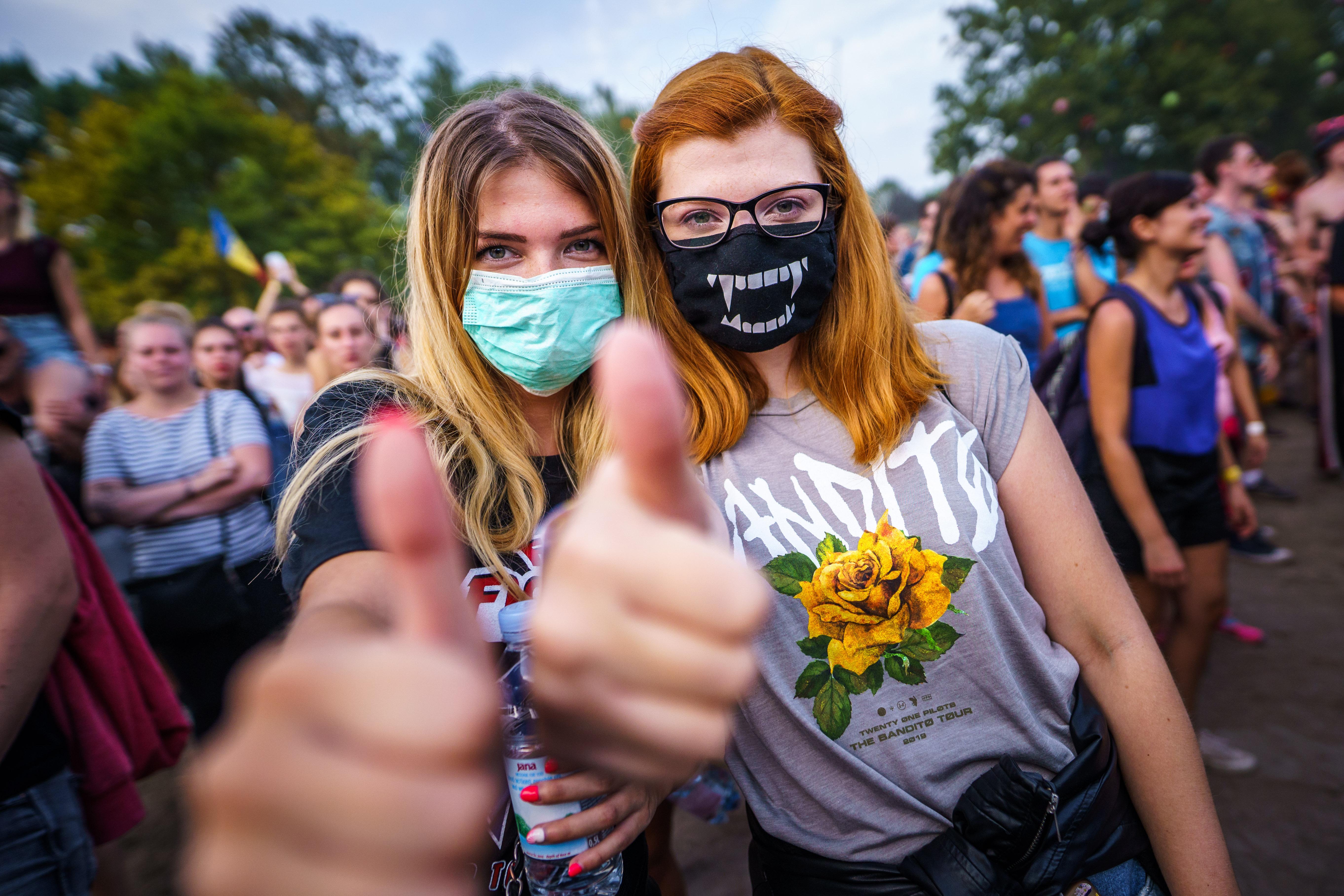 Een foto van twee festivalgangers met een mondkapje op