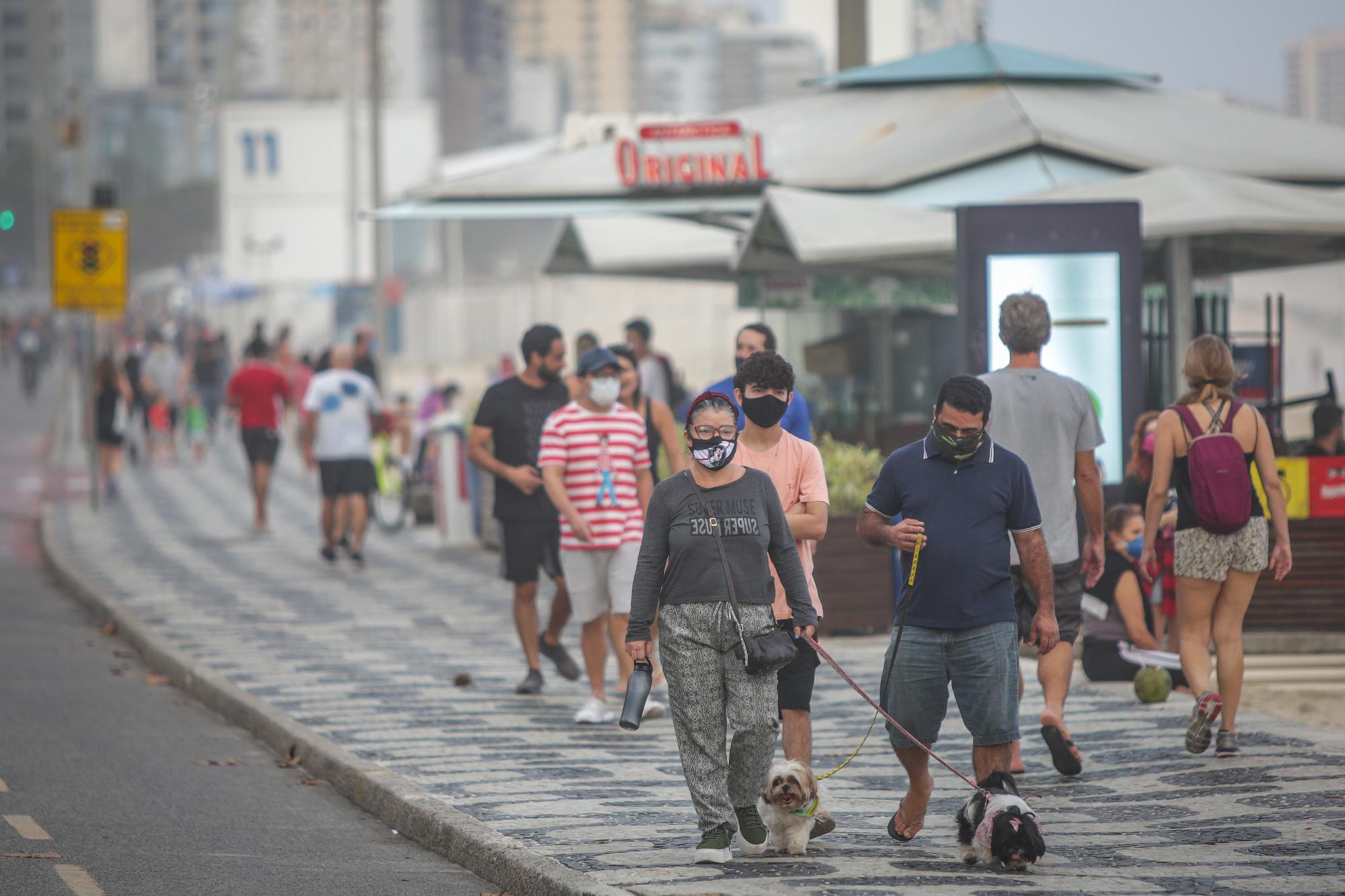 Een foto van mensen met mondkapjes op straat in Rio de Janeiro
