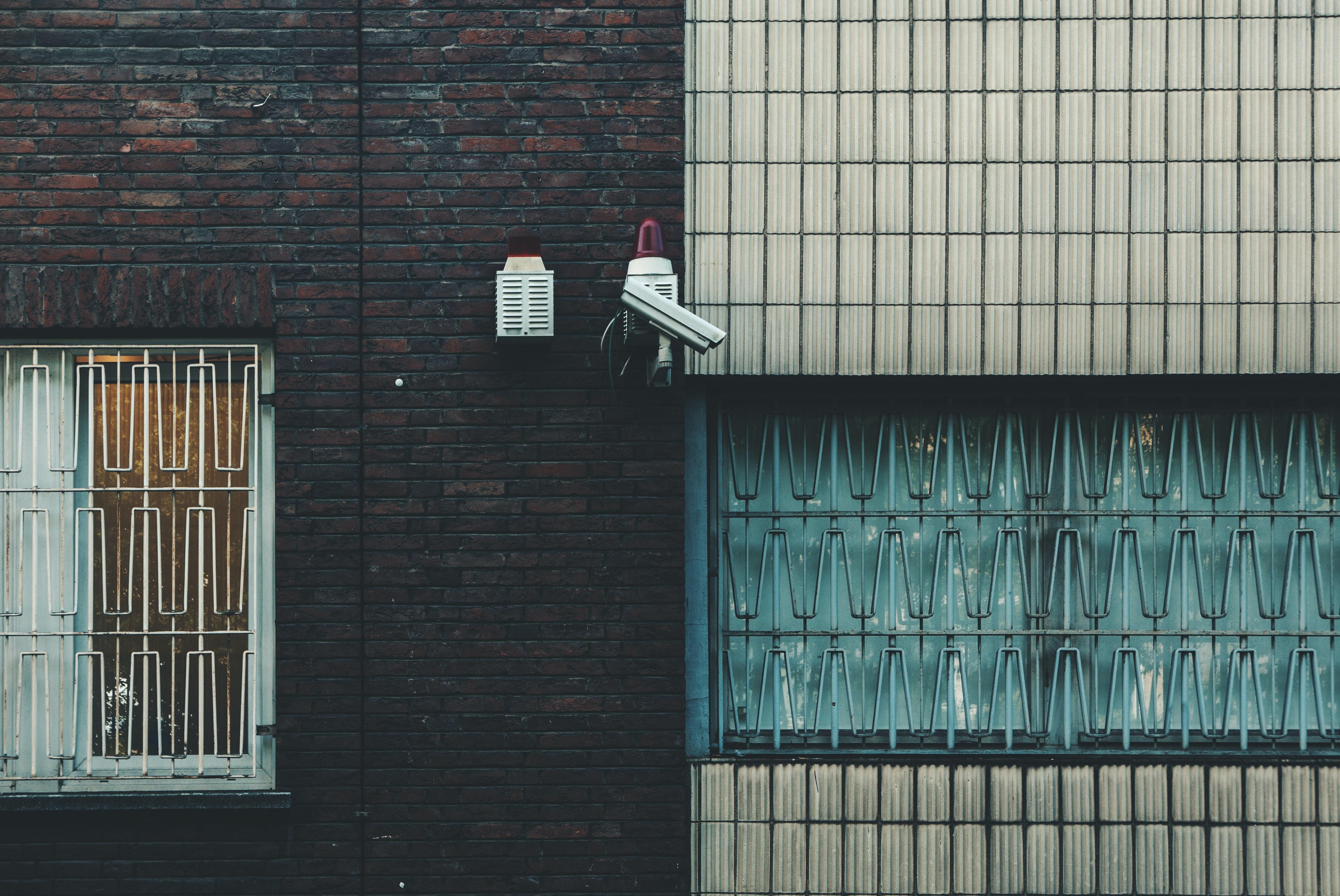 Een foto van beveiligingscamera's aan een muur