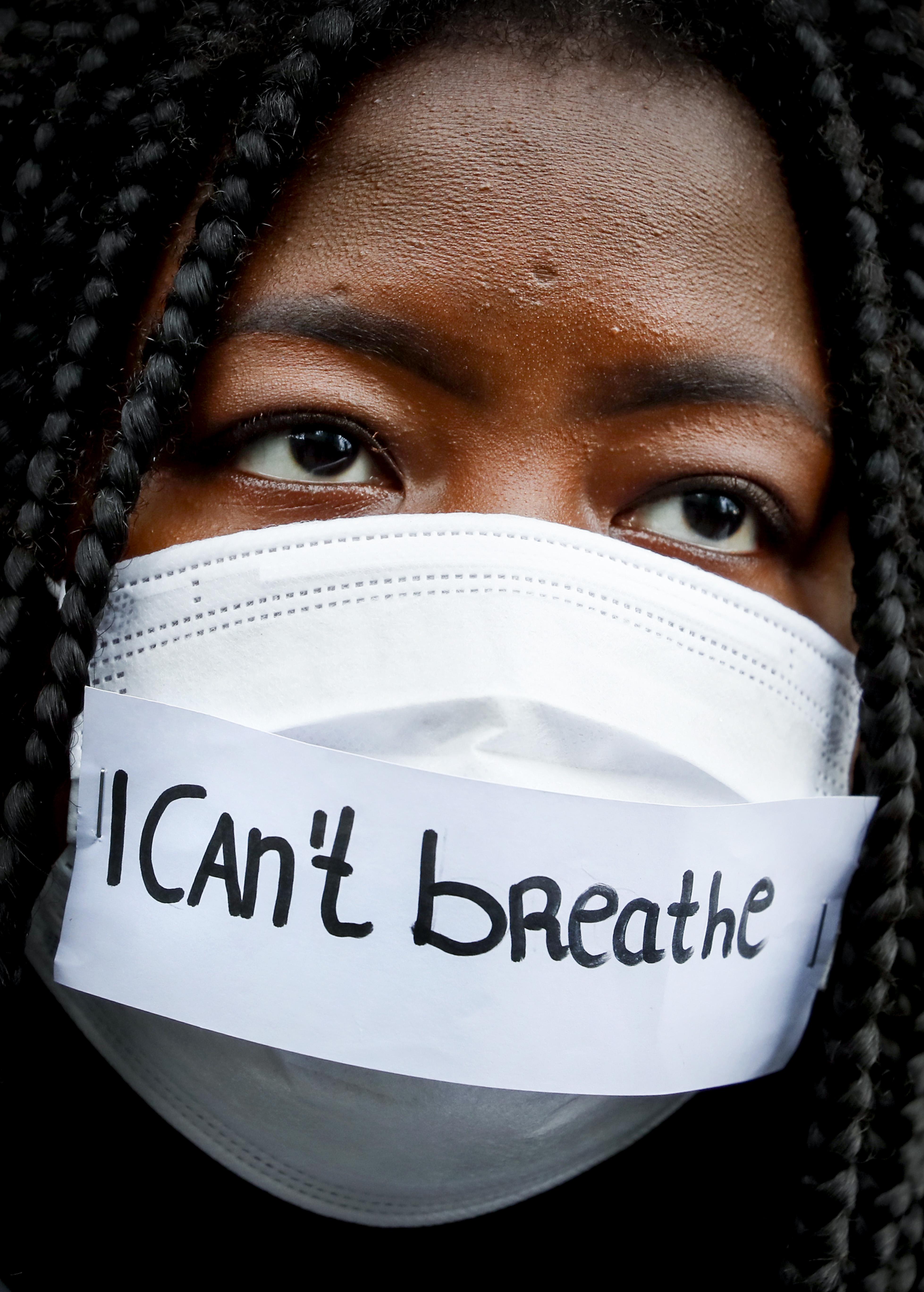 Foto van een demonstratie met een mondkapje met de tekst I can't breathe