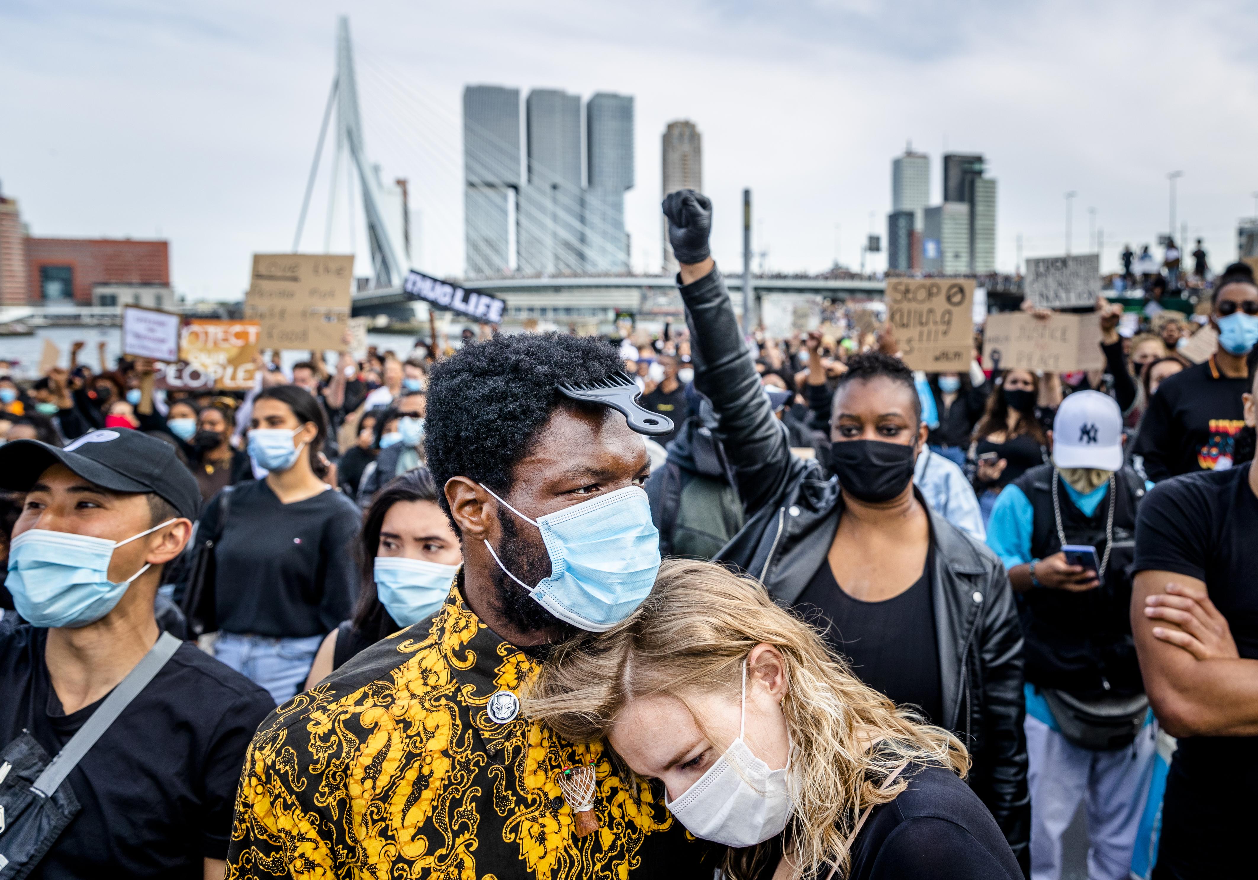 Foto van betogers bij de demonstratie in Rotterdam