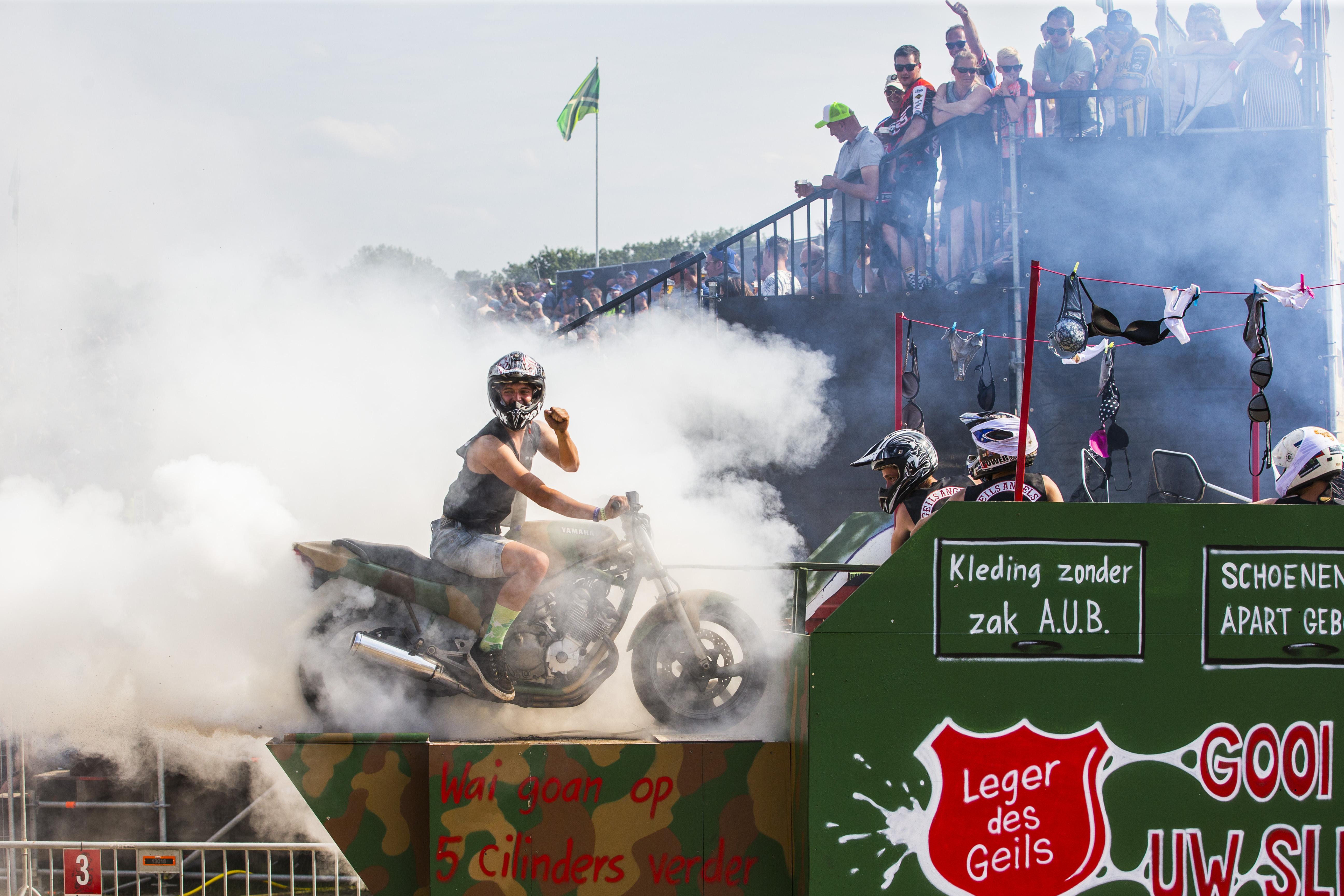 Een foto van een rokende motor op het festival Zwarte Cross