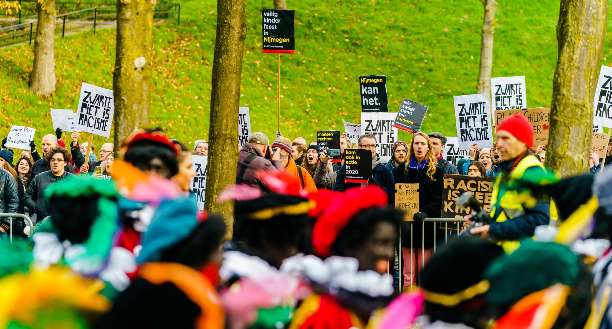 Kick Out Zwarte Piet Demonstreert Bij 22 Sinterklaasintochten