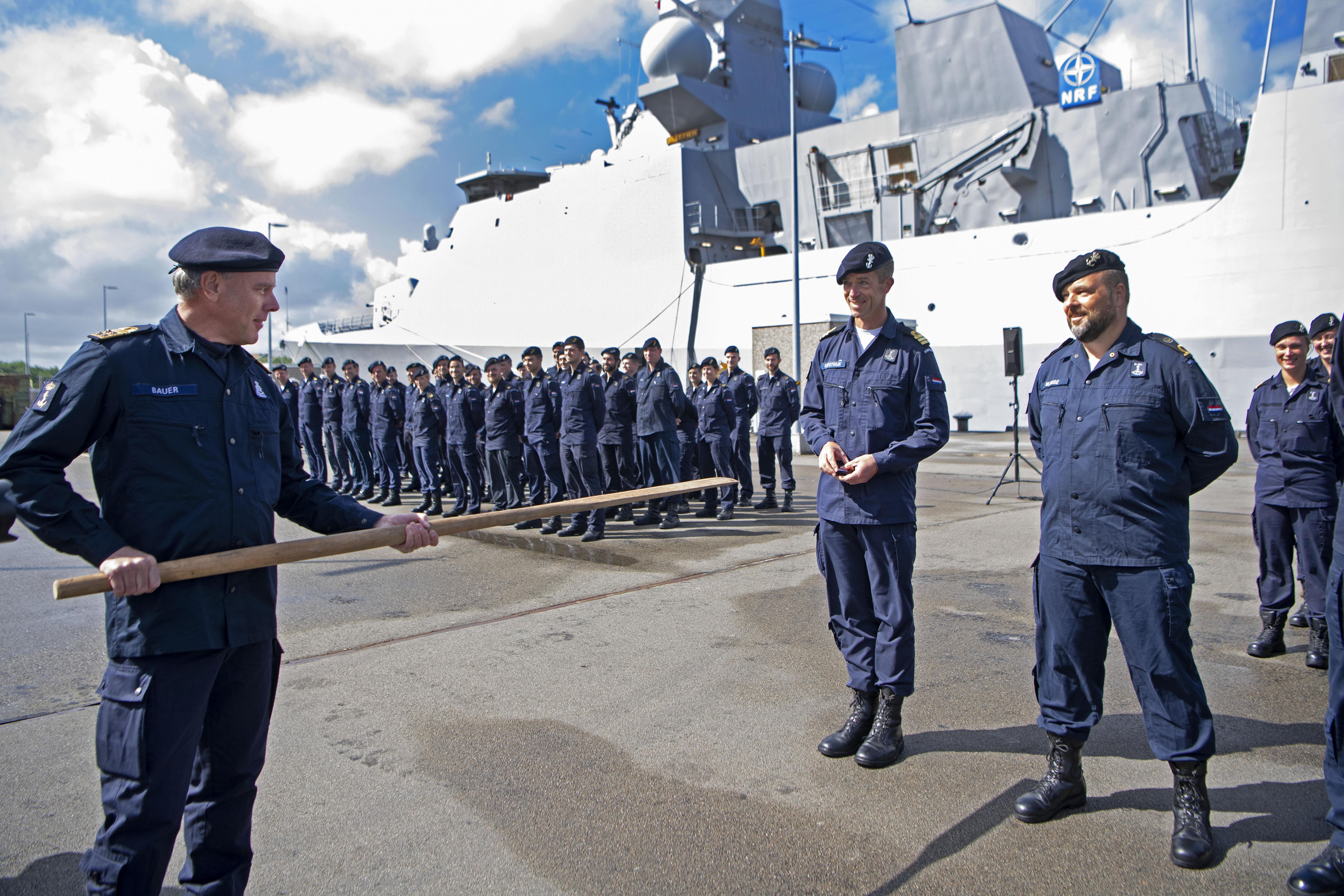 Foto van bemanning marineschip De Ruyter