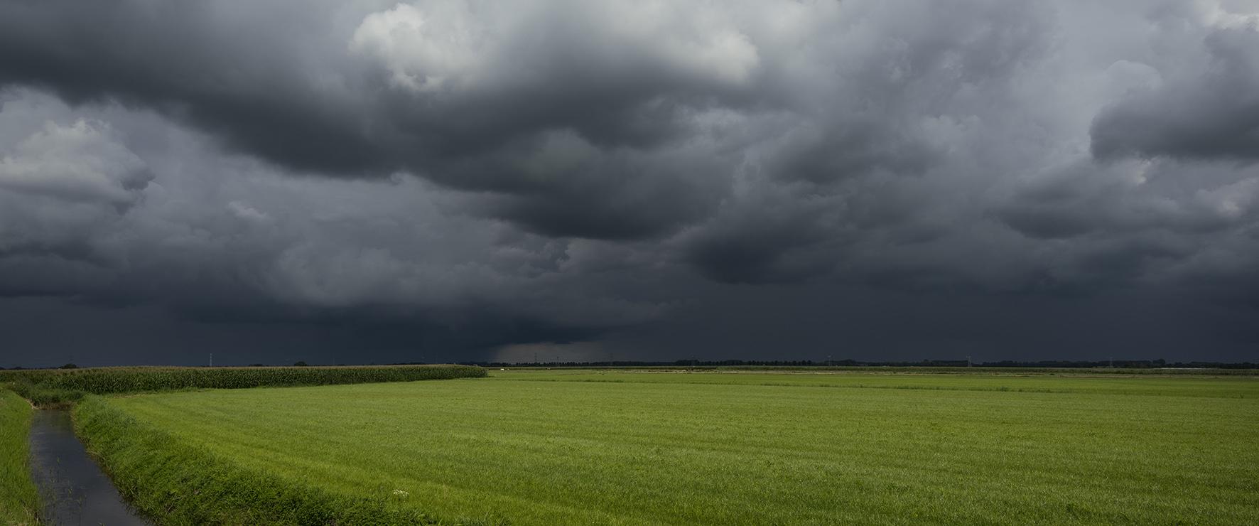 Op deze foto zie je heftig onweer
