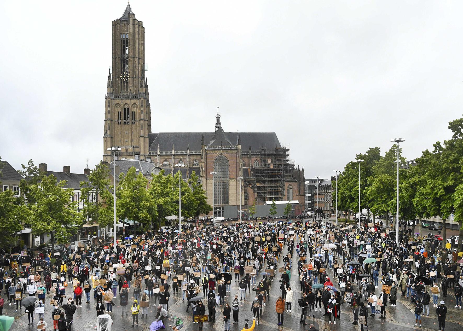 Op deze foto zie je protesten in Arnhem tegen racisme