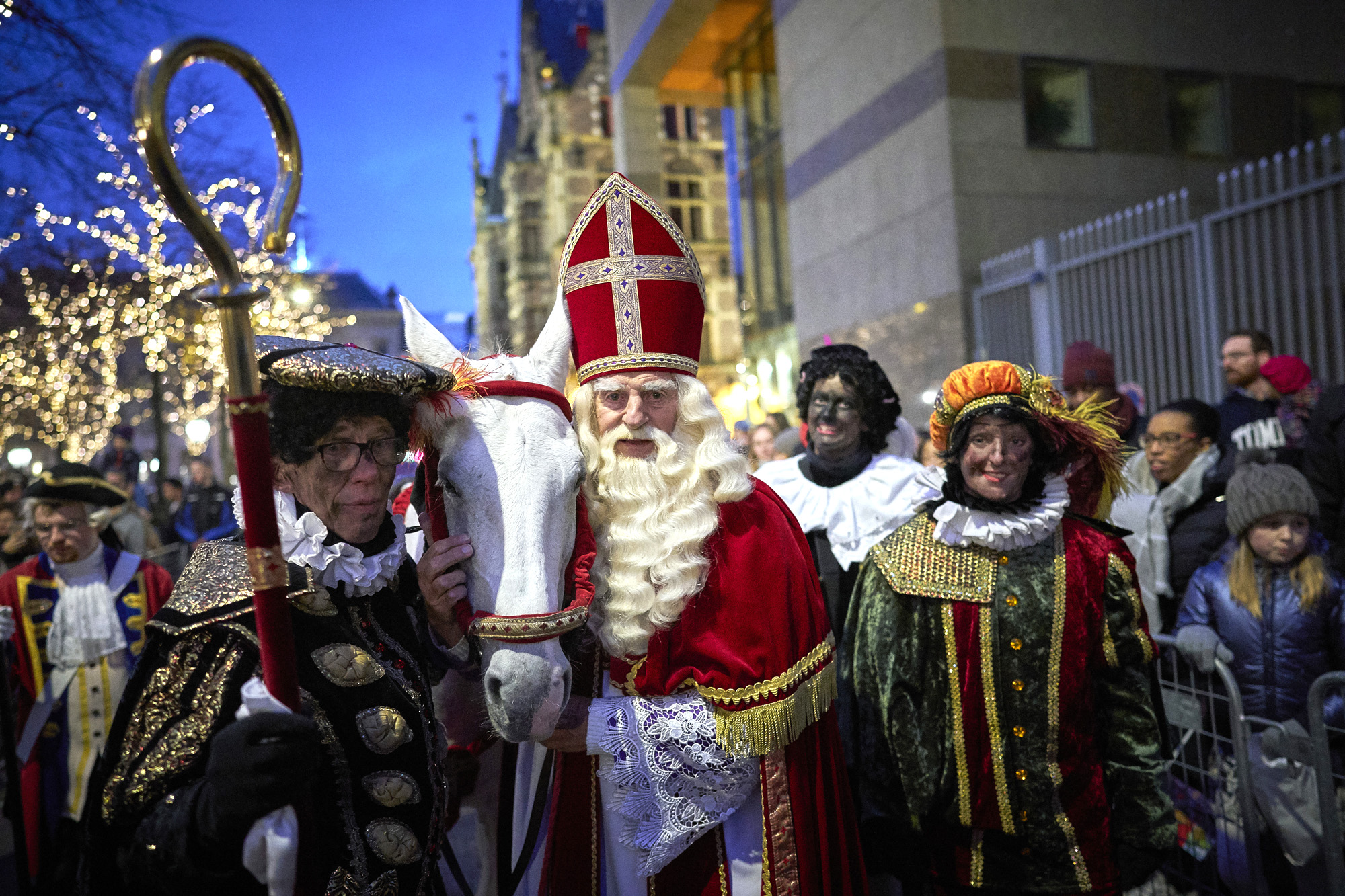 Op de foto Sinterklaas bij een intocht met een roetveegpiet