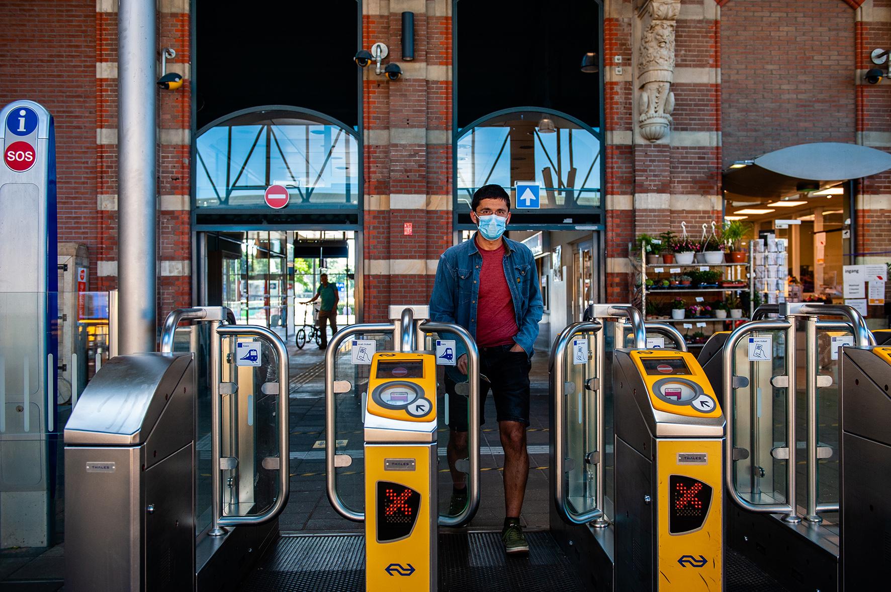 Op deze foto zie je een man die uitcheckt bij Amsterdam Centraal