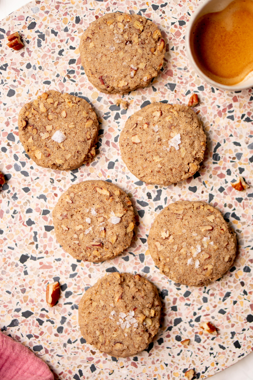 Op deze foto zie je koekjes met bruine boter, koffie en pecannoten