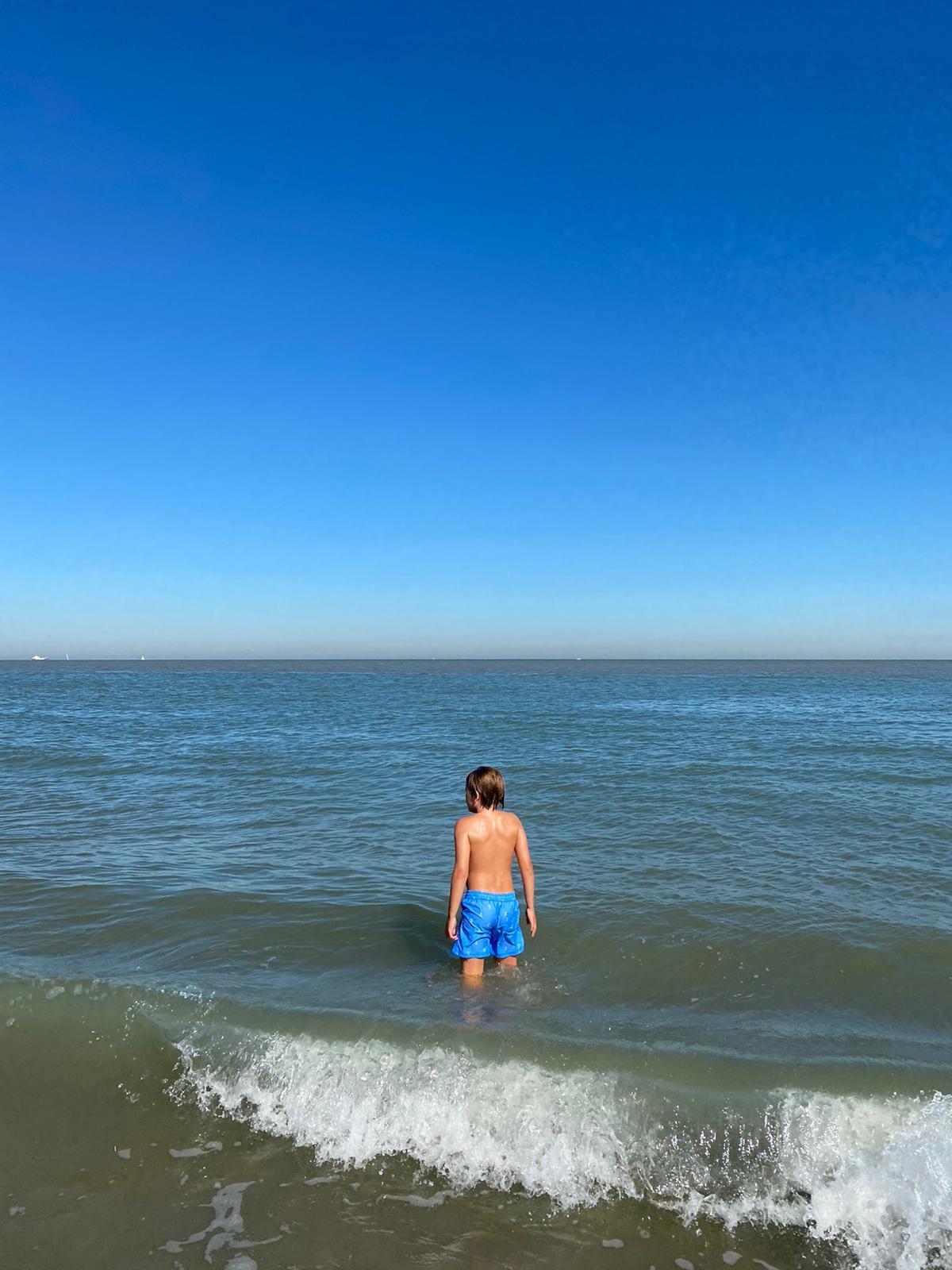 Foto van jongen in de zee