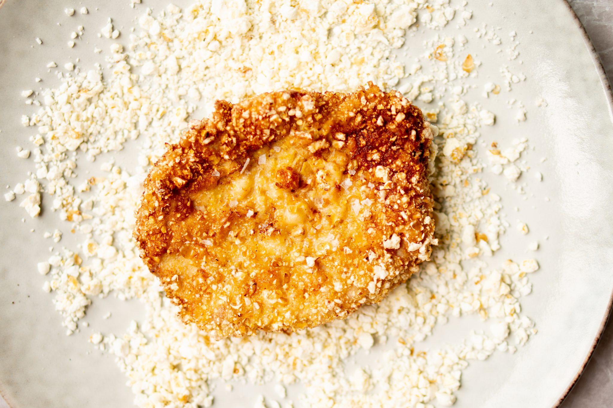 Op deze foto zie je popcornschnitzels met polenta en maissalsa