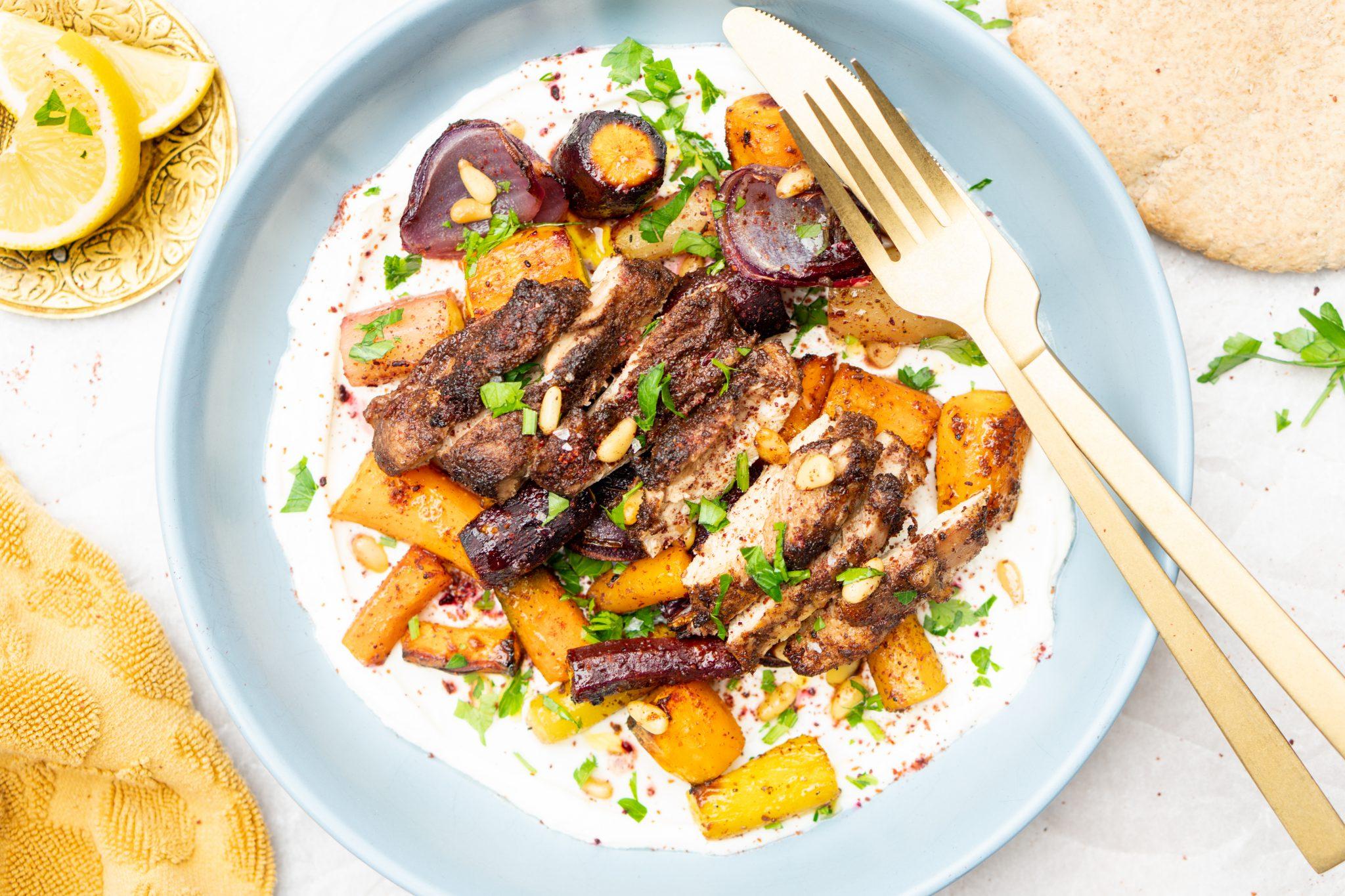 Op deze foto zie je ovenschotel van Arabische kip met geroosterde wortels