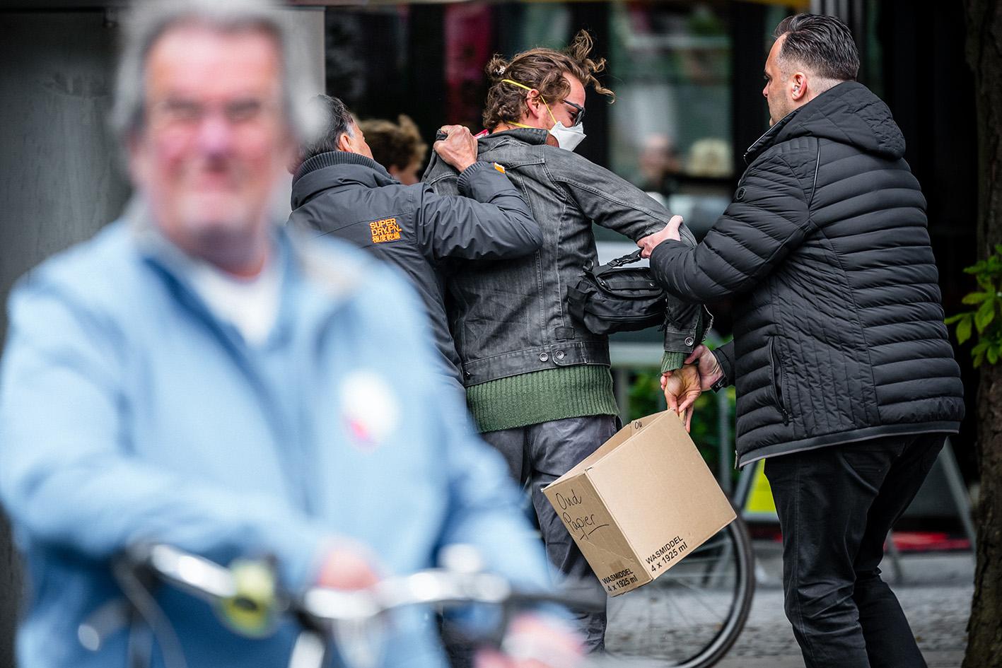 Op deze foto zie je een demonstrant die wordt op de Parade in Den Bosch door beveiligers van Thierry Baudet afgevoerd.