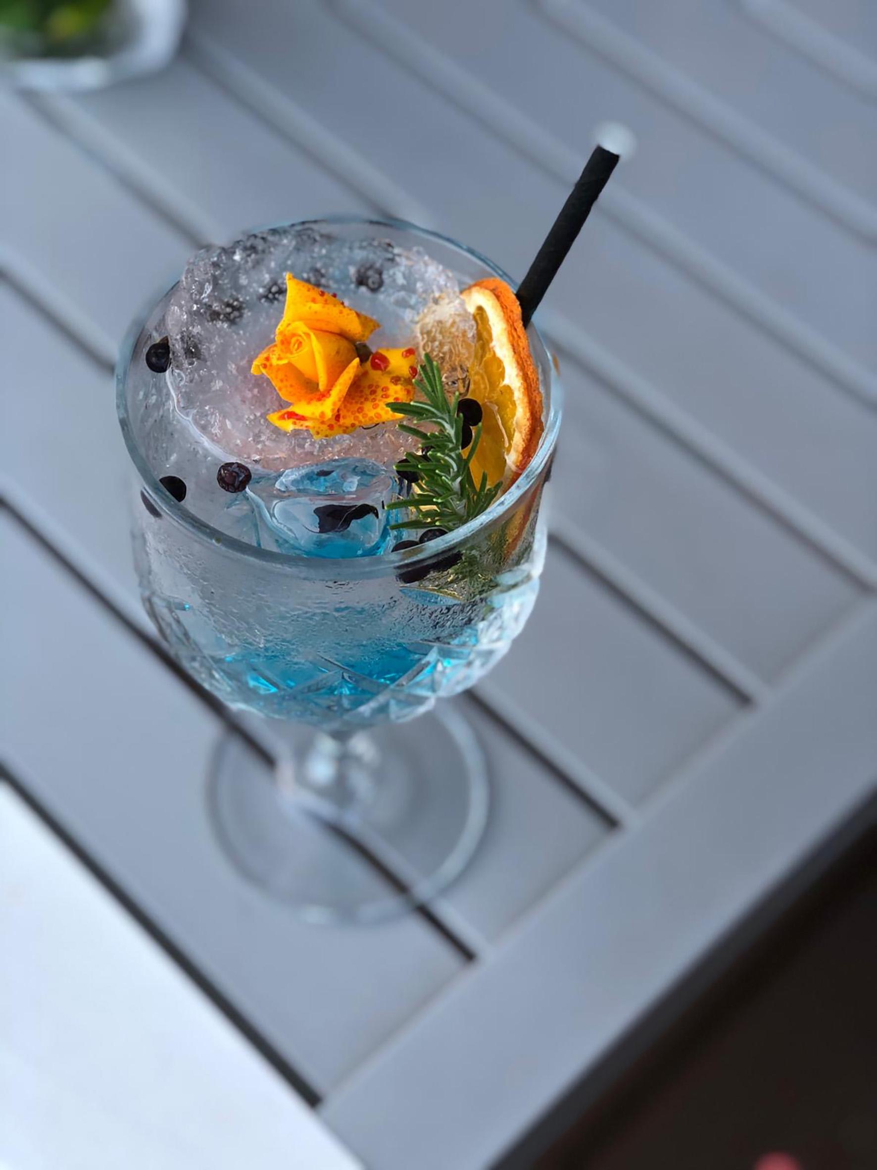 Op deze foto zie je Cocktails van broadside Terrace