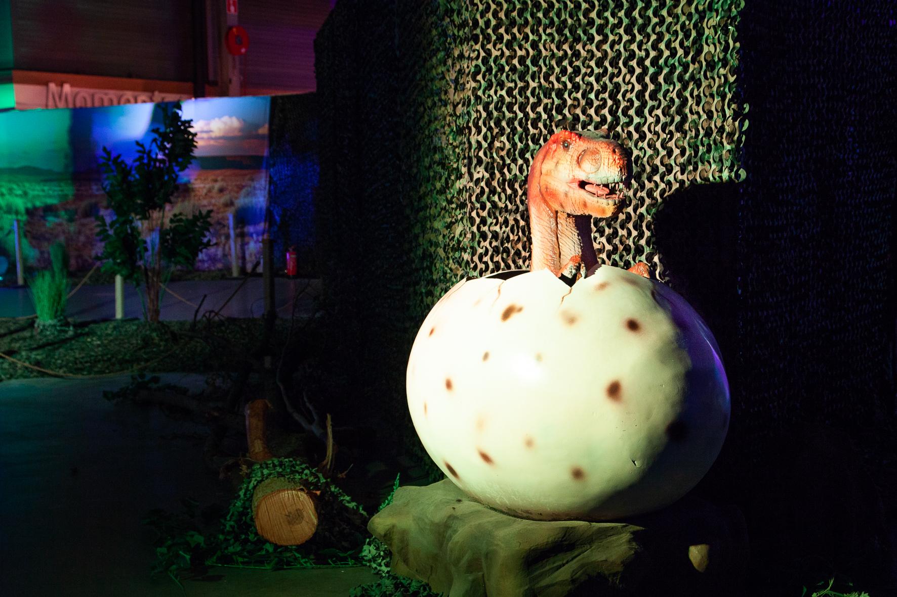 Een foto van een dino in Utrecht in een ei