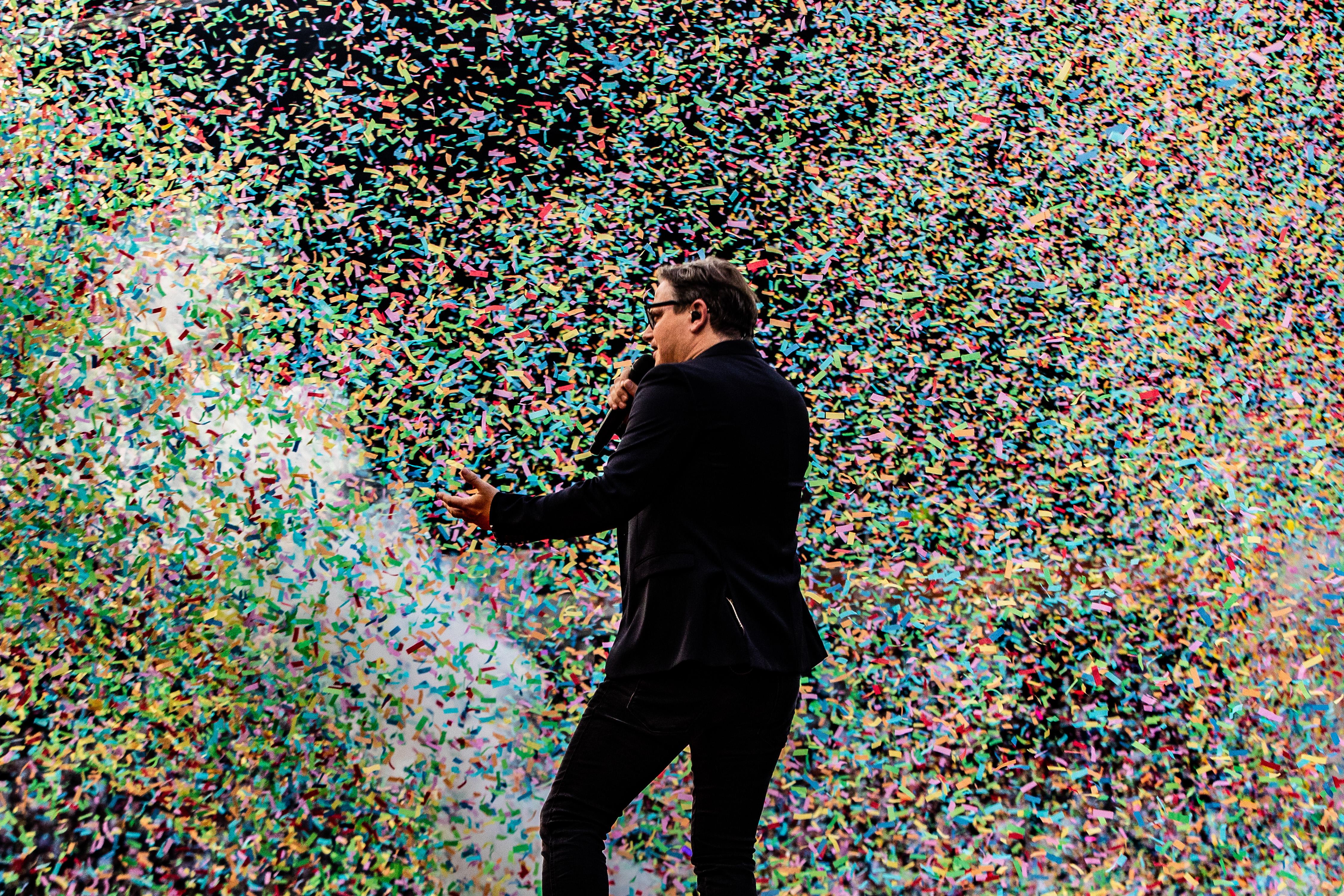Een foto van Guus Meeuwis in een storm van confetti